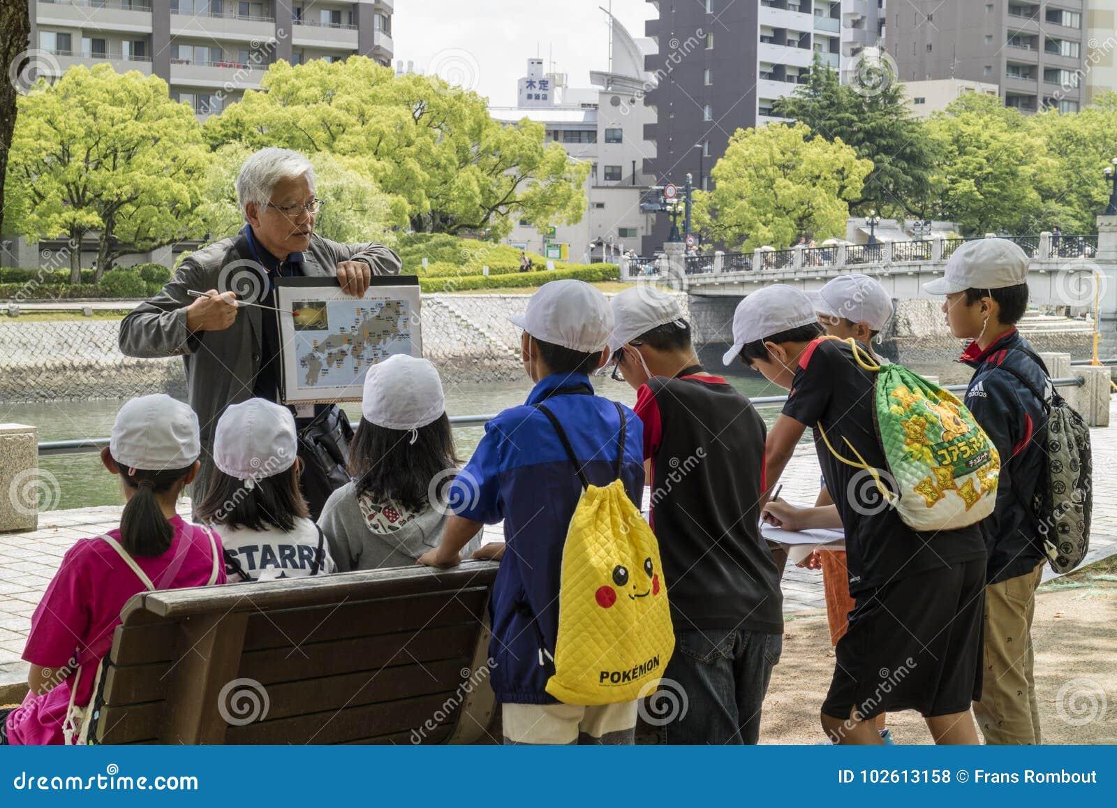Hiroshima, Japon - 25 mai 2017 : Le professeur volontaire dit a