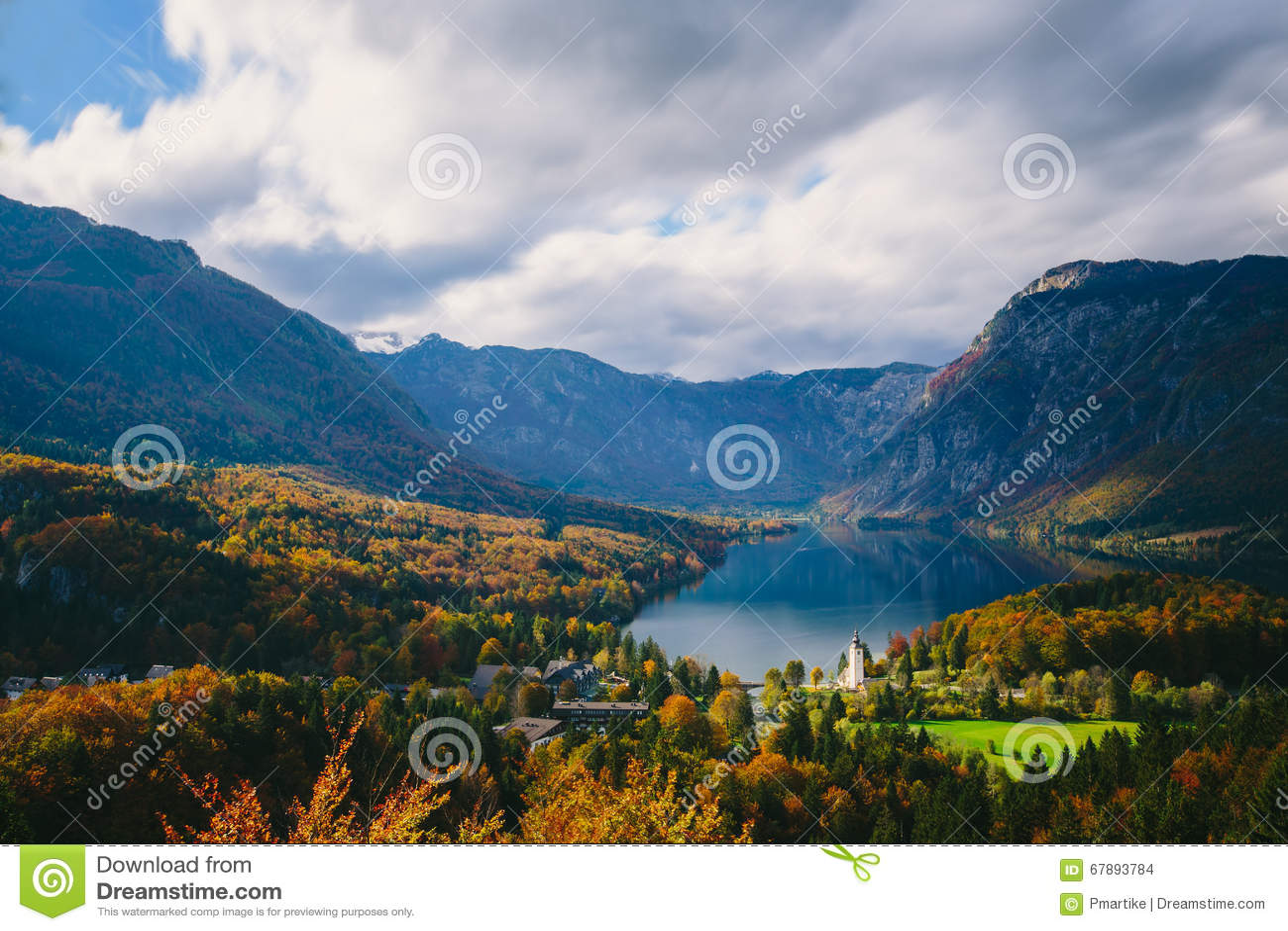 Hisnande sikt av den berömda Bohinj sjön från över