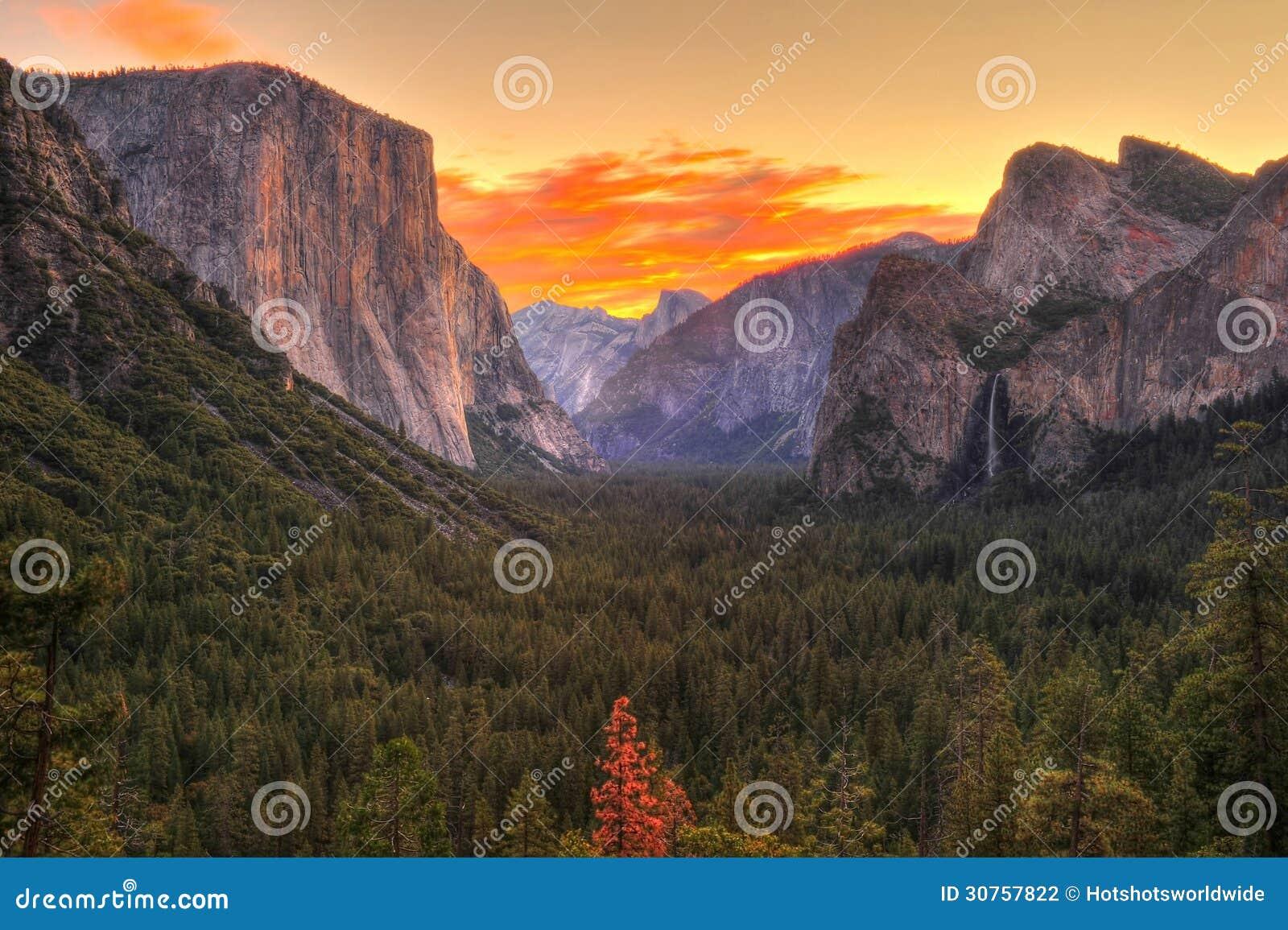 Hisnande Yosemite nationalpark på soluppgång/gryning, Kalifornien