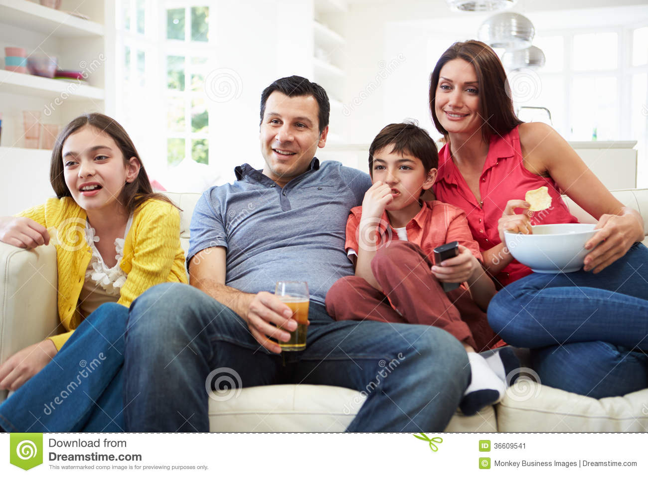 hispanic family watching tv - photo #2
