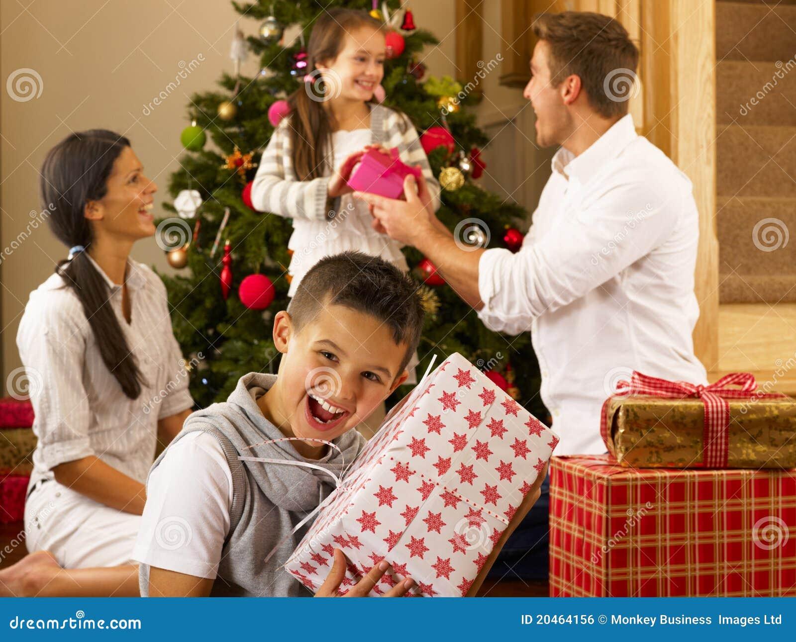 Hispanische Familie, Die Geschenke Am Weihnachten Austauscht ...