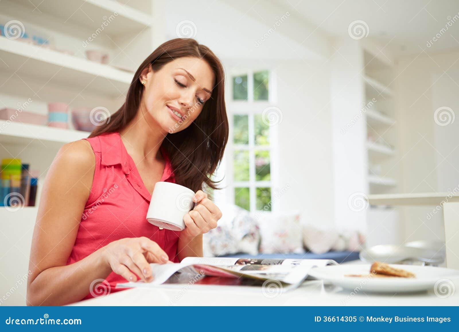 Hispanische Frauen-Lesezeitschrift in der Küche