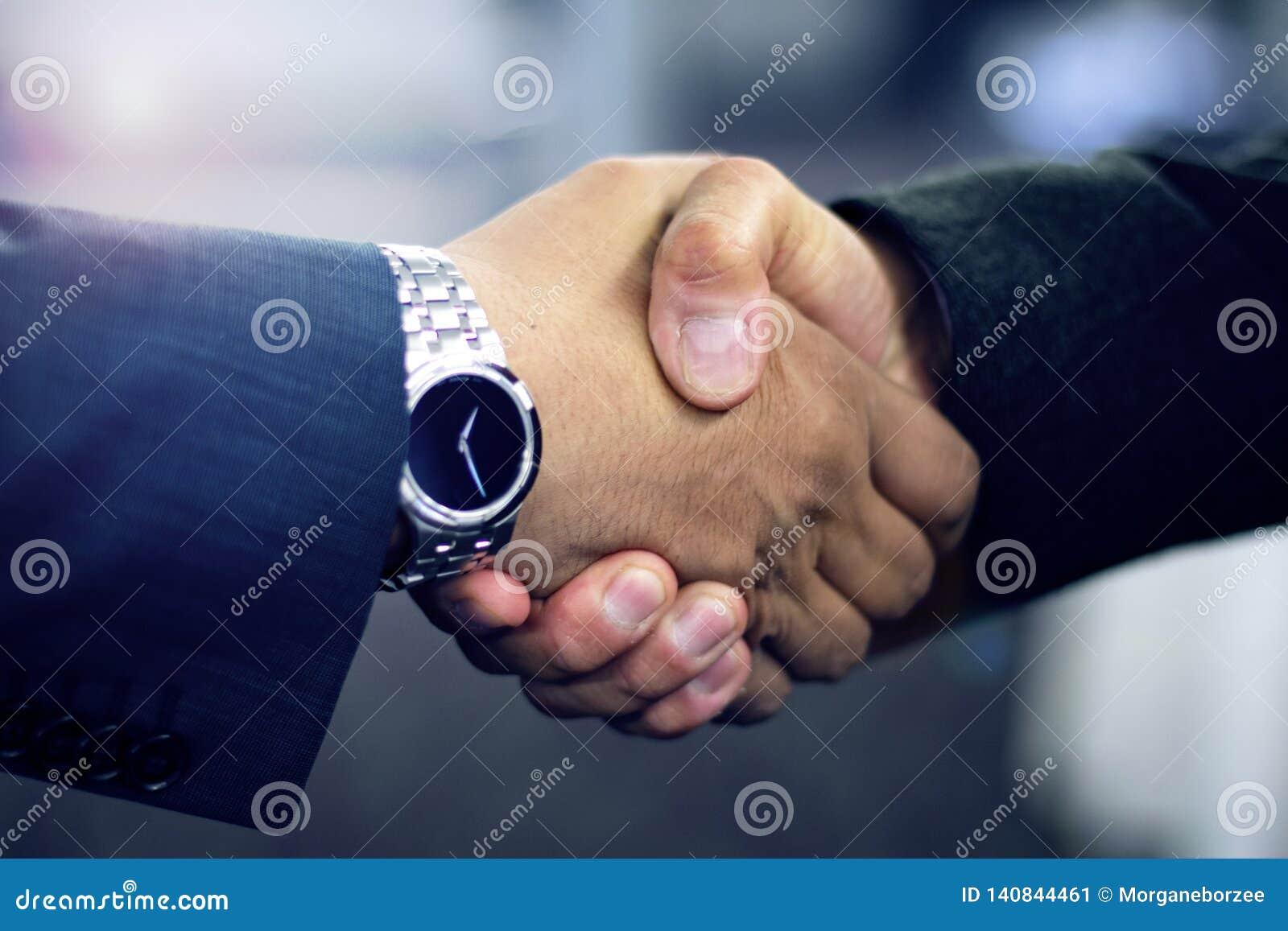 Hispanischer Geschäftsmann, der Hände rüttelt