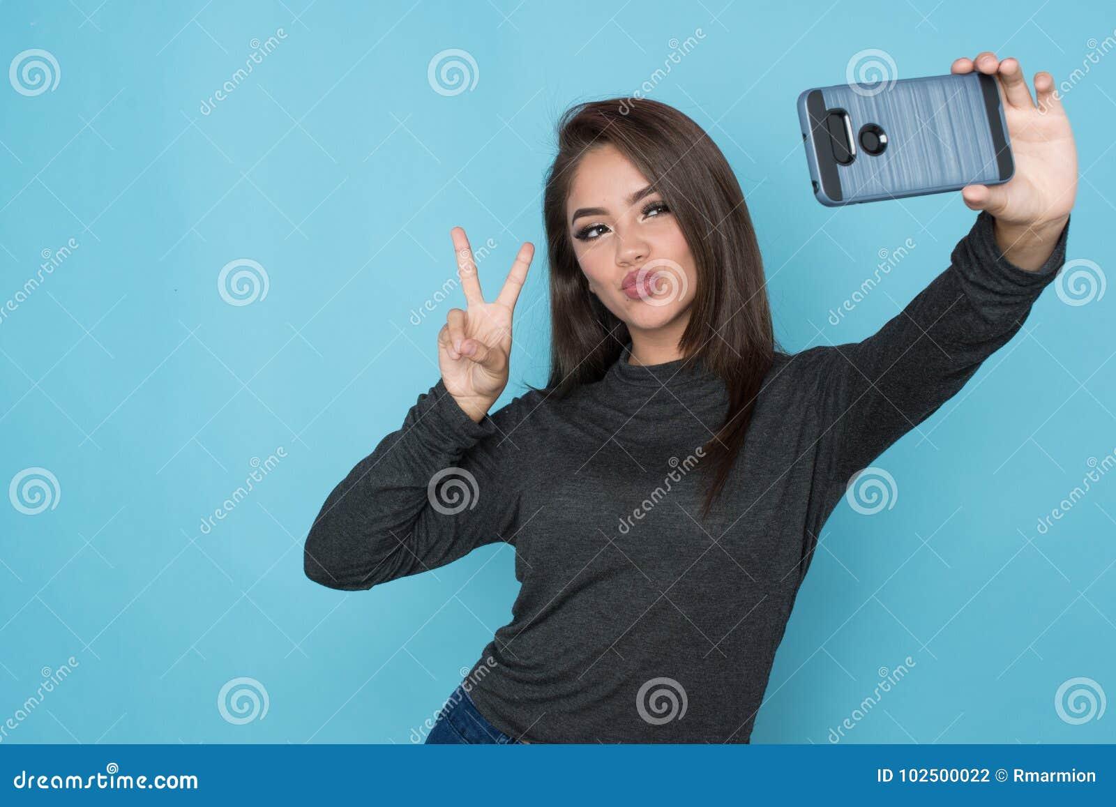 Hispanisches Mädchen, das Selfie nimmt
