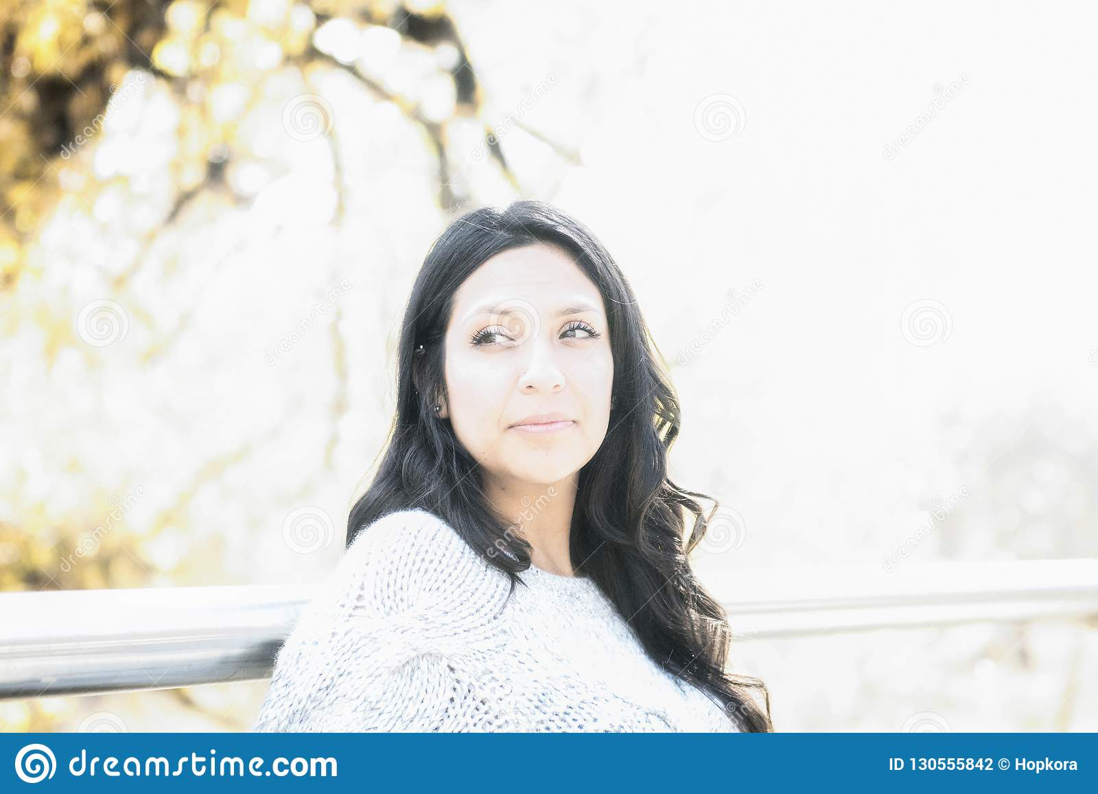 Hispanos milenarios jovenes hermosos, indio americano, retrato multirracial de la mujer joven