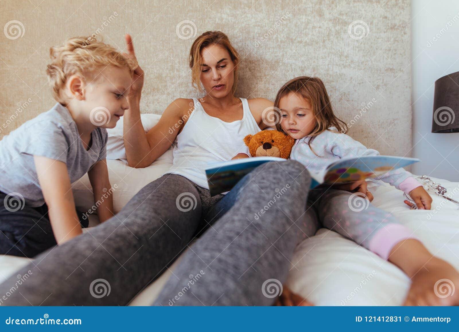 Histoire pour endormir de lecture de mère aux enfants
