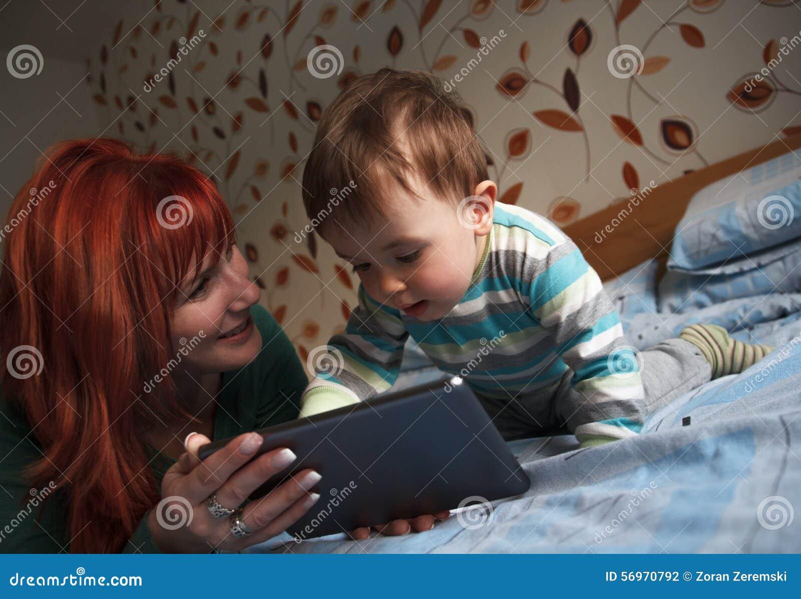 histoires pour endormir de lecture de m re son fils photo stock image 56970792. Black Bedroom Furniture Sets. Home Design Ideas