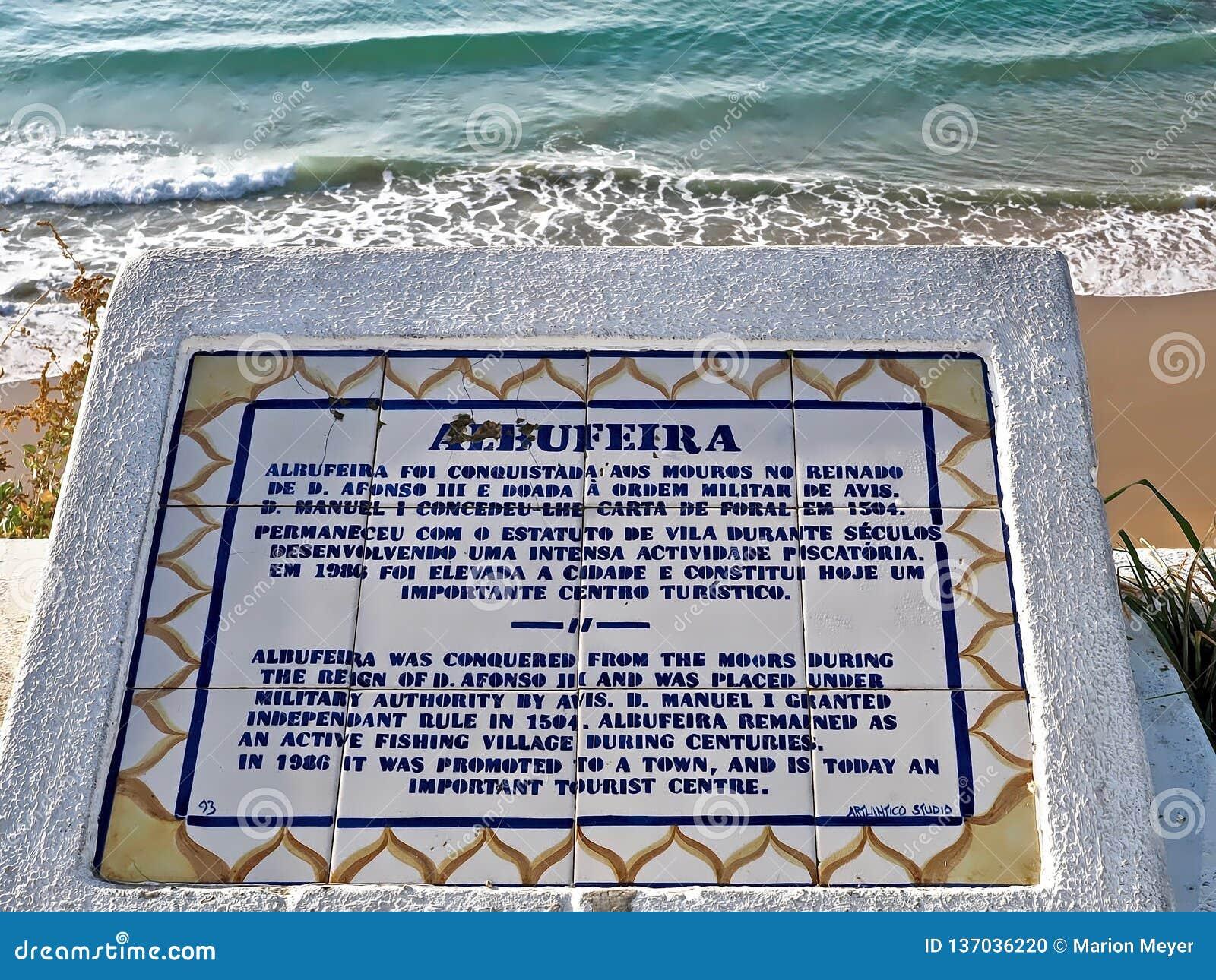 Historia av Albufeira i Portugal som är skriftlig på ett bräde