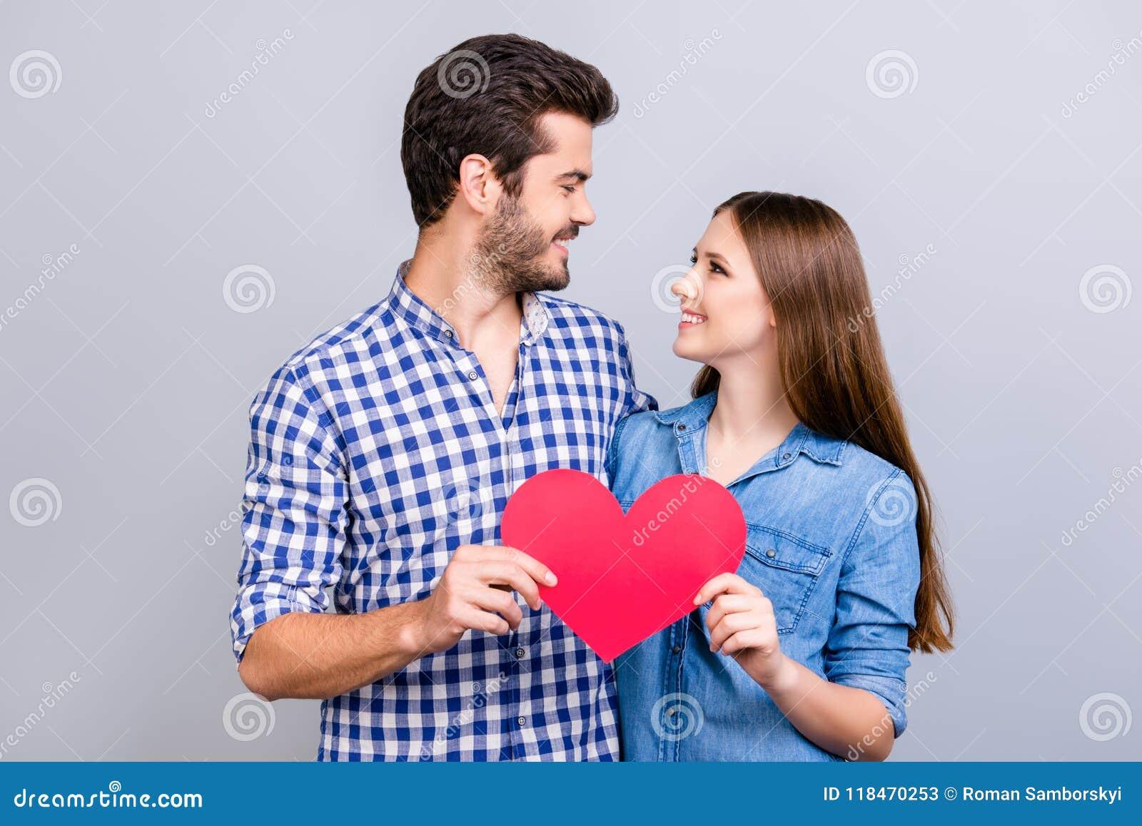 Historia de amor Confianza y sensaciones, emociones y alegría El par precioso joven feliz en amor está presentando, las camisas s