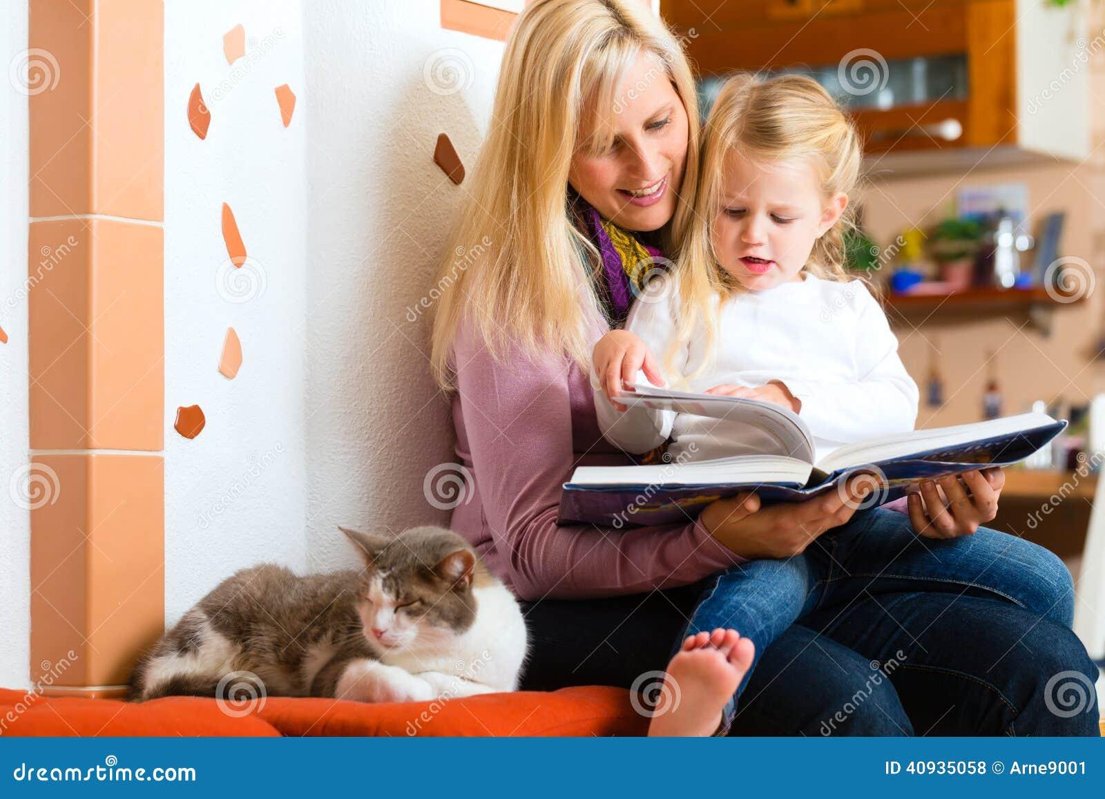 Historia de la noche de la lectura de la madre a embromar en casa