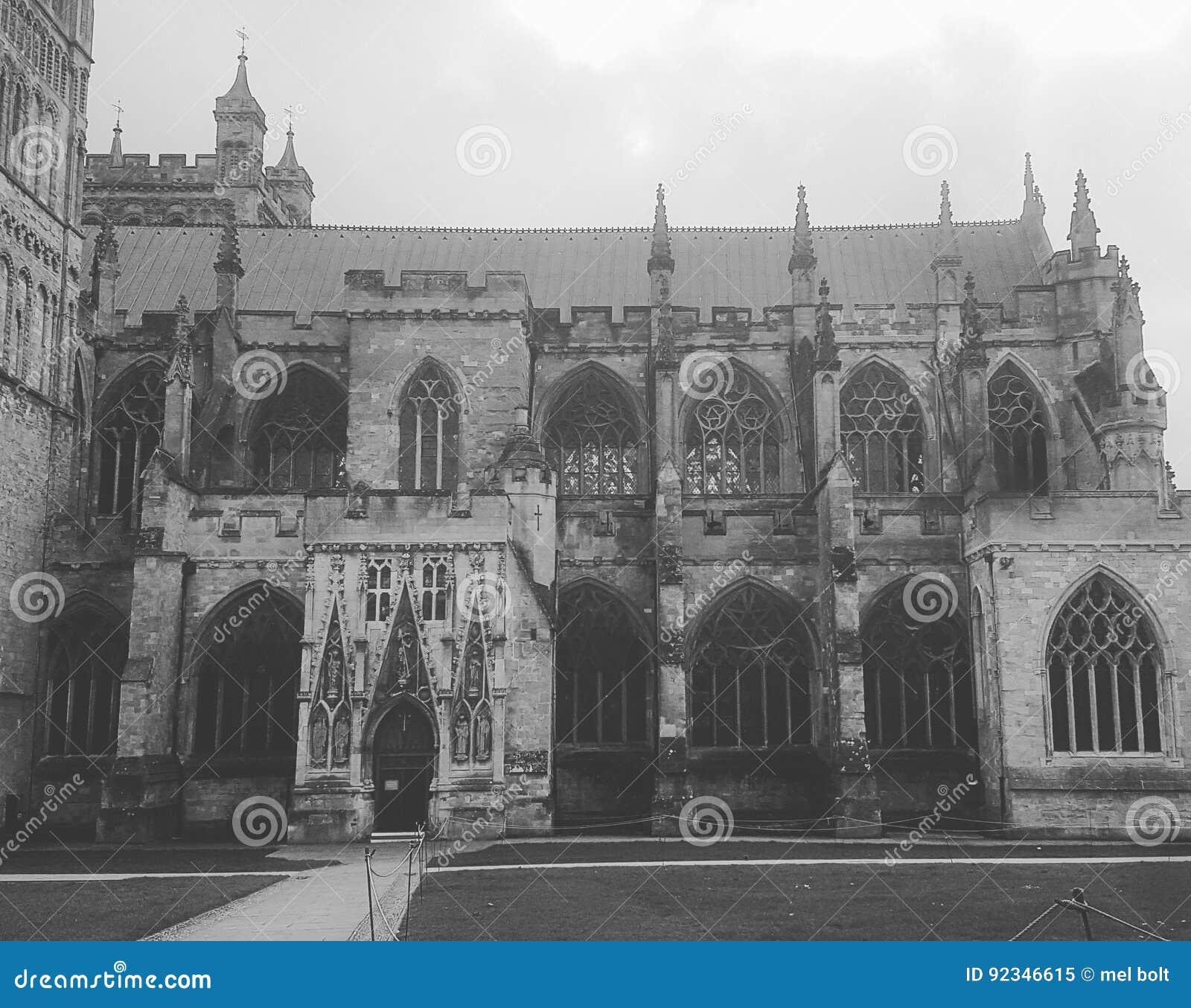Historia de la yarda de la iglesia vieja blanco y negro