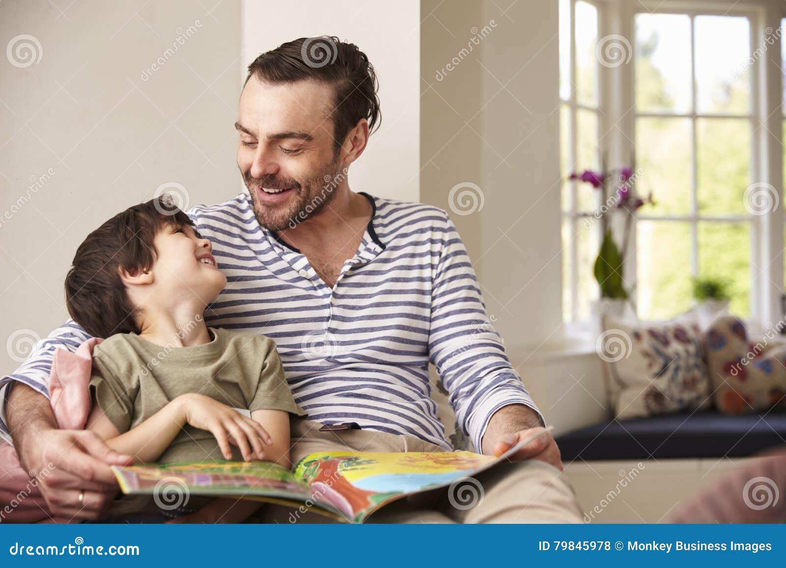 Historia de And Son Reading del padre en casa junto