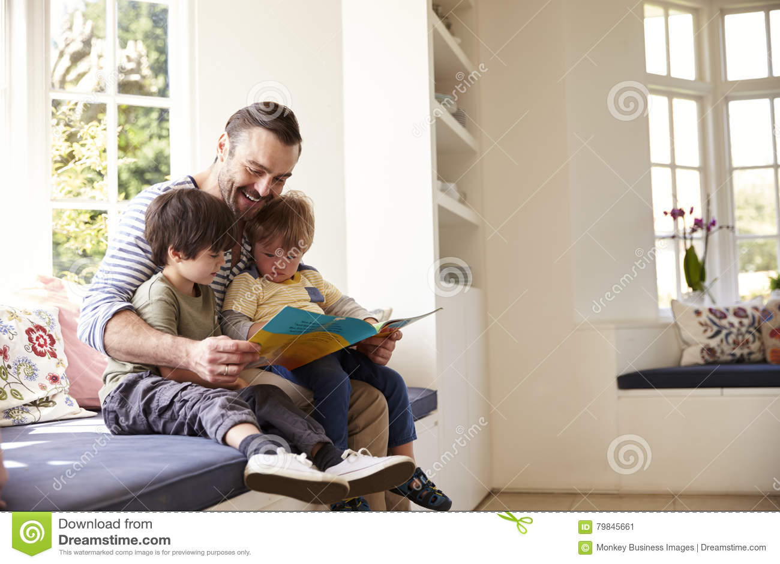 Historia de And Sons Reading del padre en casa junto