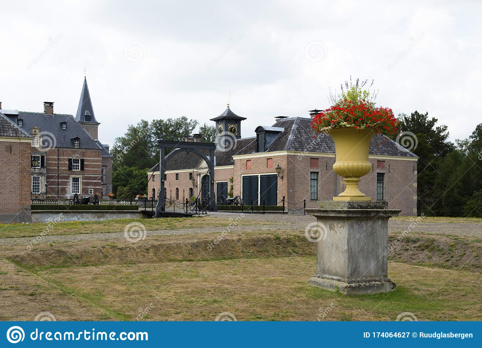 Historical Castle Twickel Hof Van Twente The Netherlands Stock Image Image Of Twente Cannon 174064627