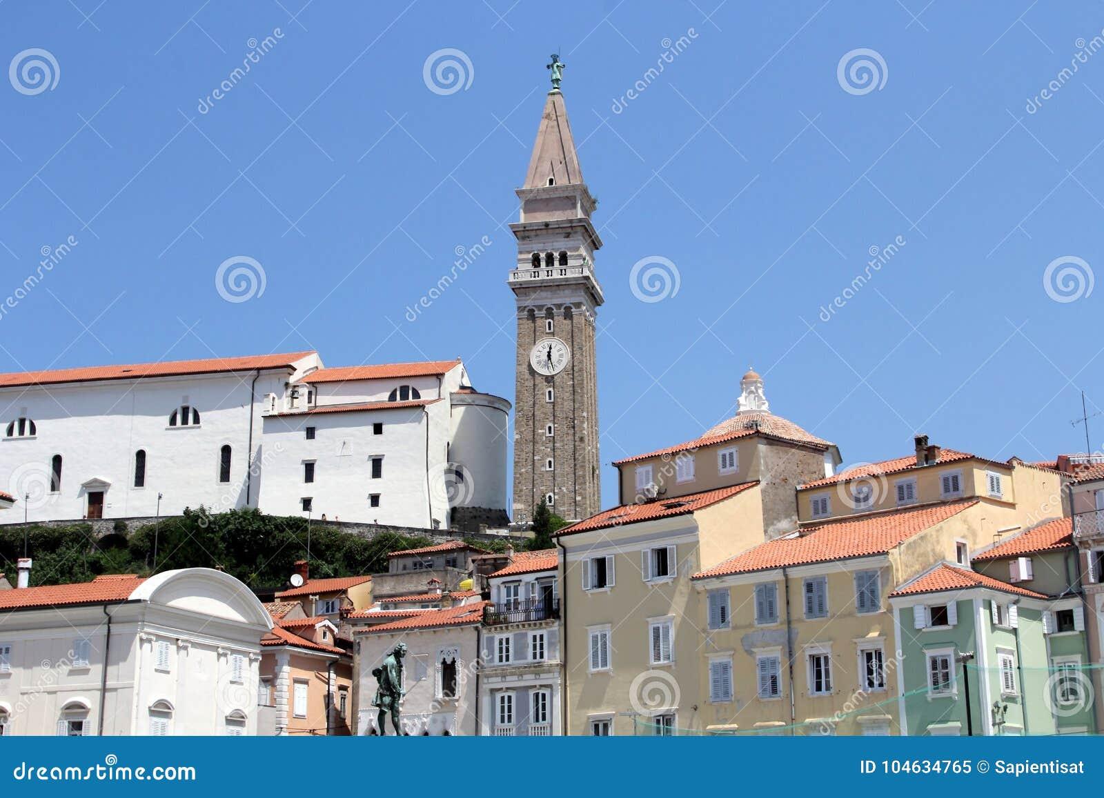 Download Historische Architectuur Van Piran, Slovenië Stock Afbeelding - Afbeelding bestaande uit toerist, stad: 104634765