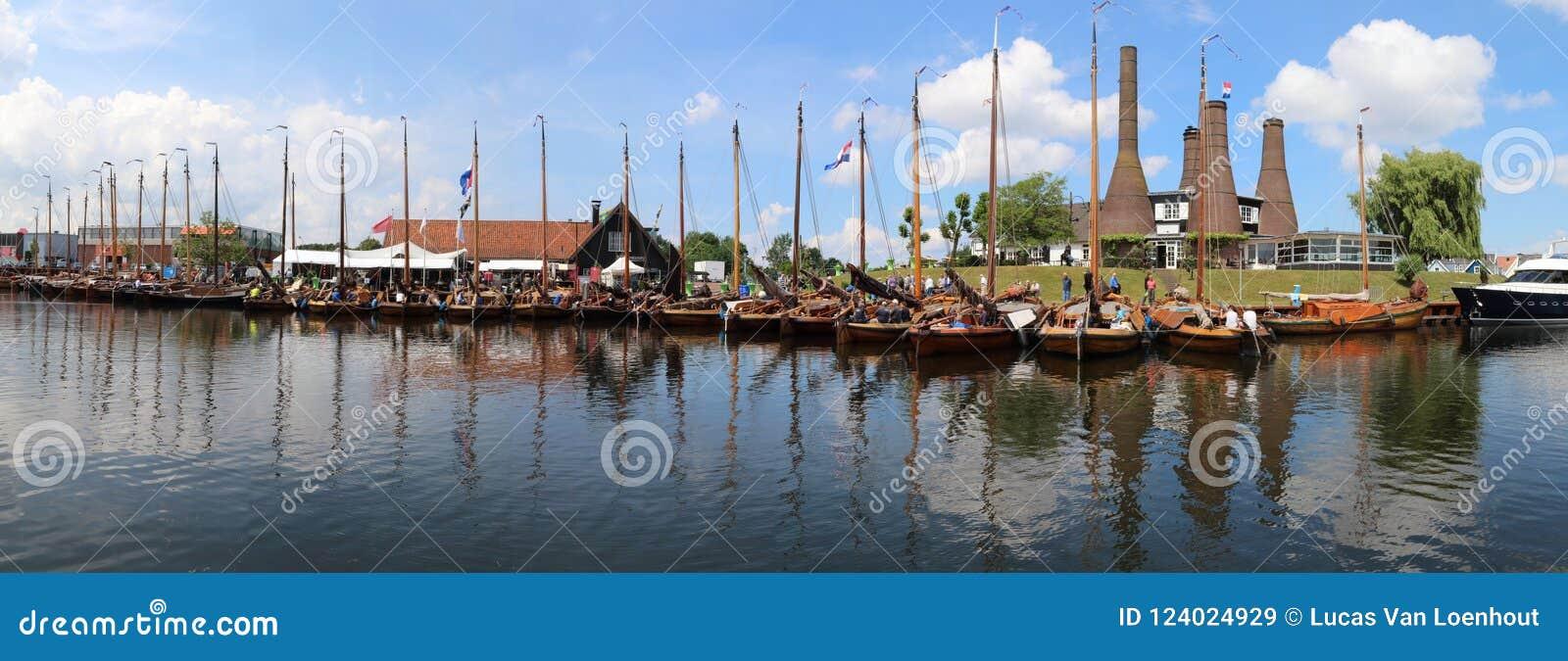 Historische botters in een opstelling in de haven van Huizen