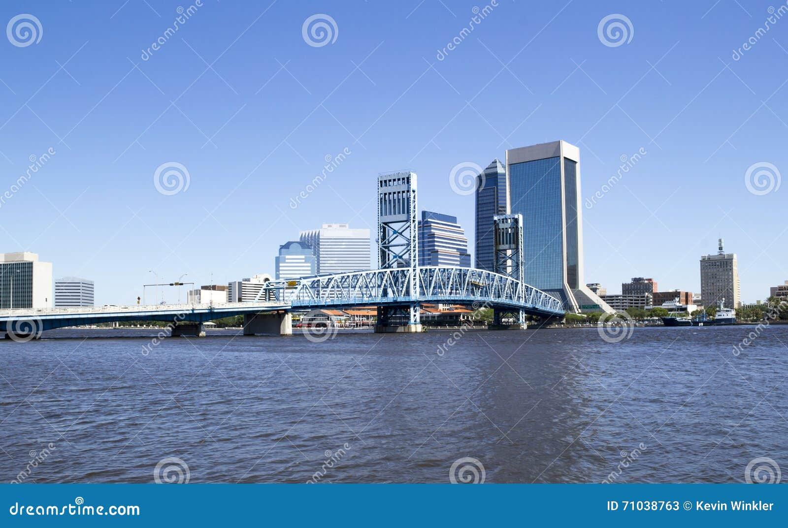 Historische brug die tot Jacksonville Van de binnenstad Florida leiden