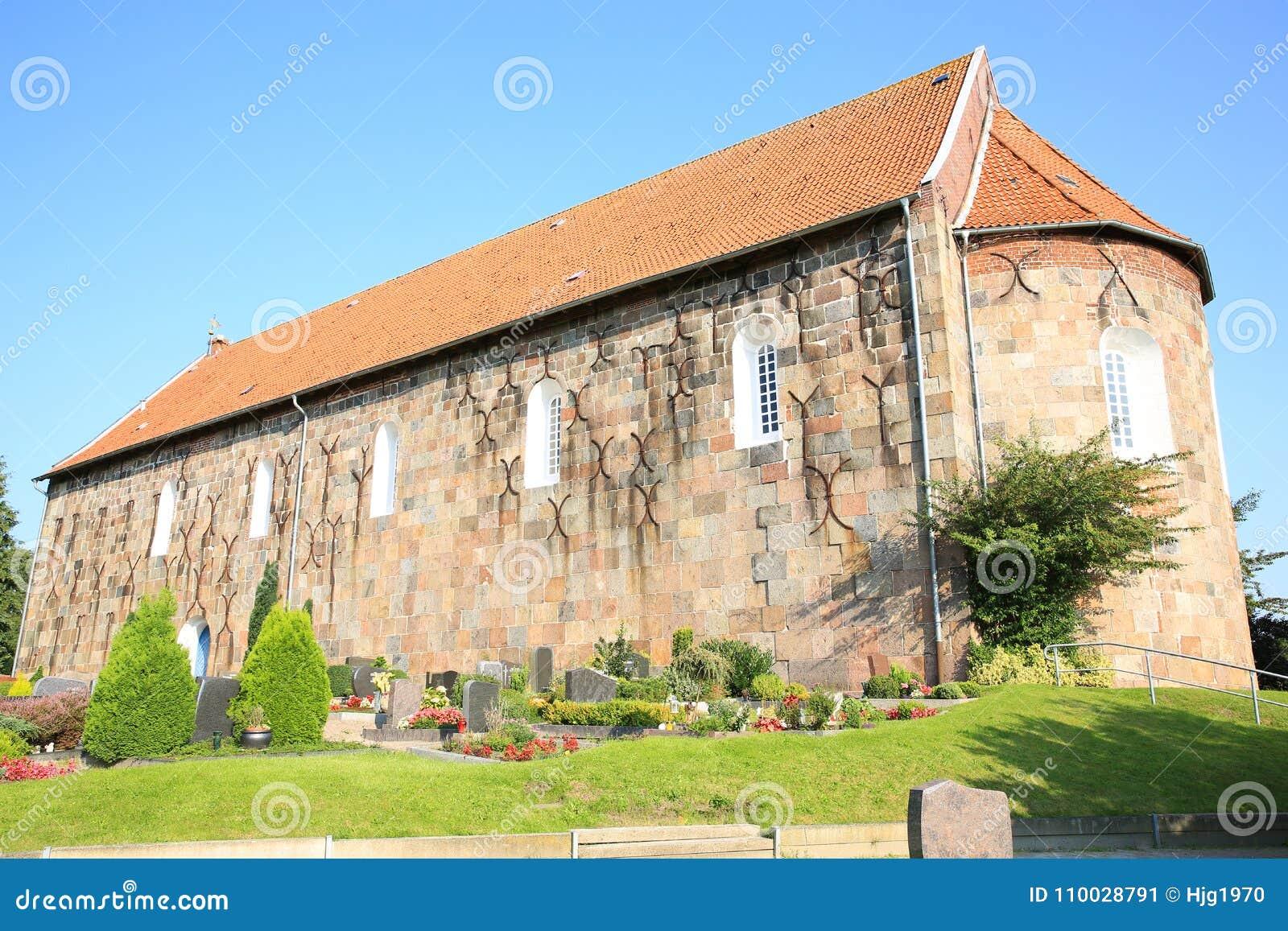 Historische en mooie Lutheran Heilige Florian Church in Sillenstede, Friesland, Nedersaksen, Duitsland
