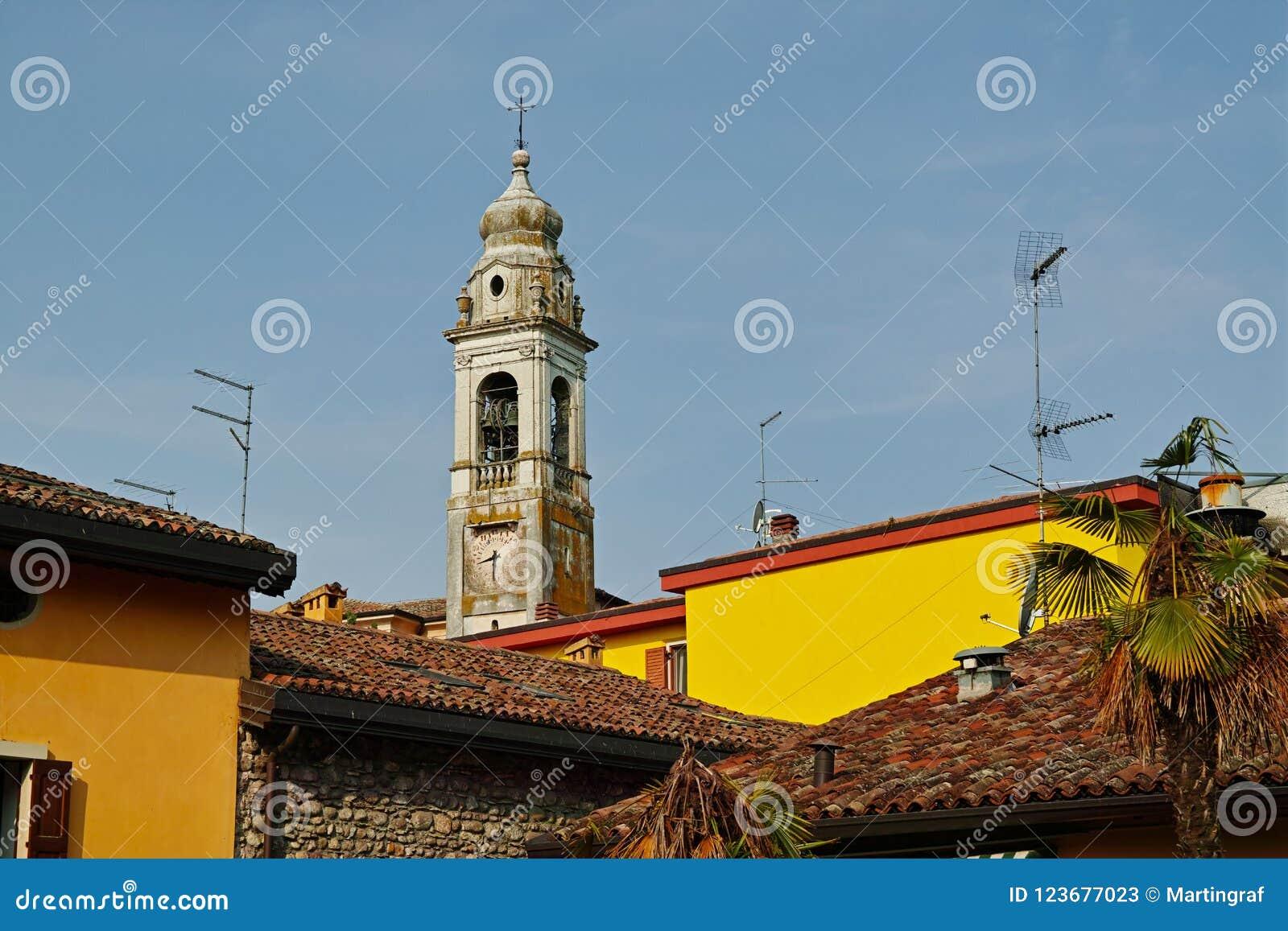 Historische klokketoren van Italiaans dorp