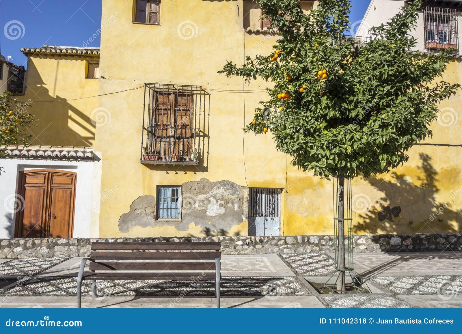 Historische Mitte der farbigen und typischen Häuser von Granada, Spanien