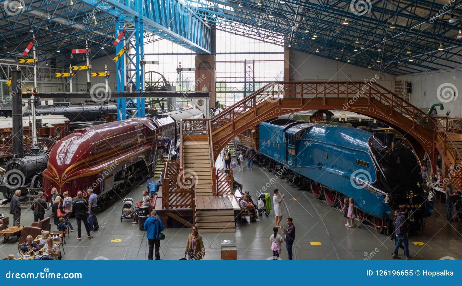 Historische stoomlocomotieven en bussen in het Nationale Spoorwegmuseum, York