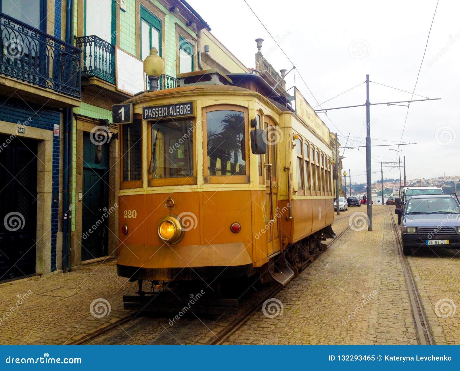 Historische Tram op de straat in Porto, Portugal