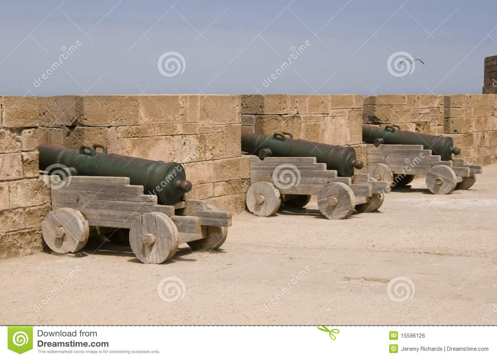 Kanonnen die de kantelen van de historische marokkaanse vissershaven