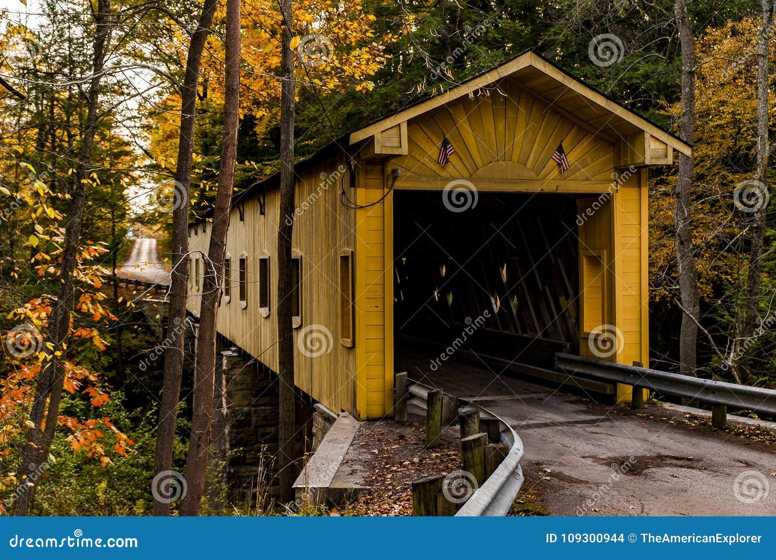 Historische Windsor Mills Covered Bridge in de Herfst - Ashtabula-Provincie, Ohio
