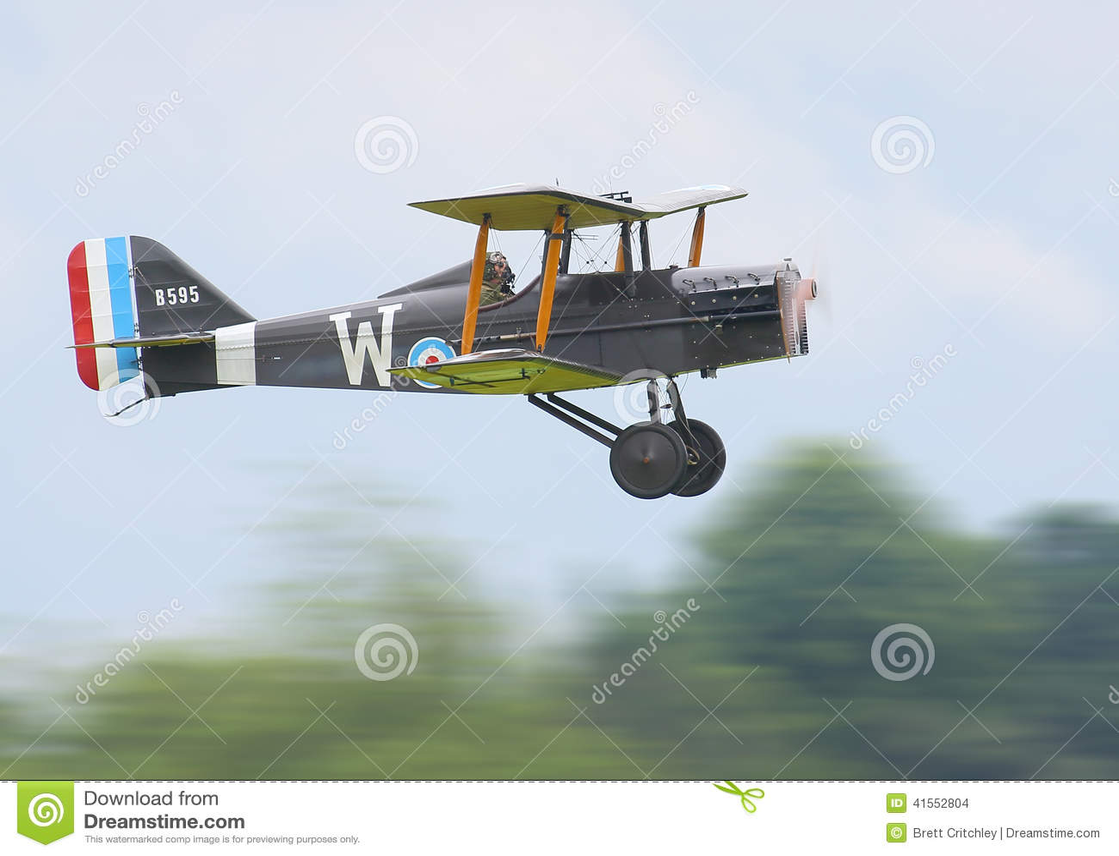 Historischer Doppeldecker im Flug