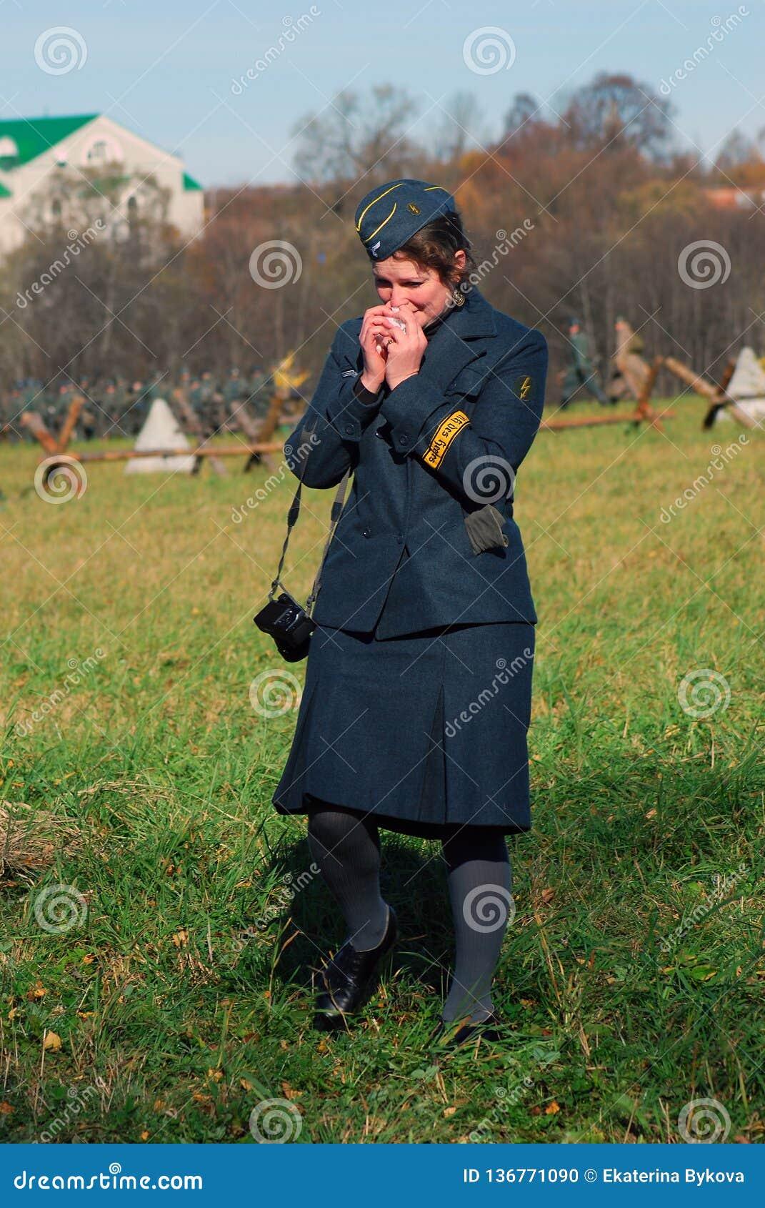 Historisk reenactment för Moskvastrid Tysk kvinnasoldat-reenactor