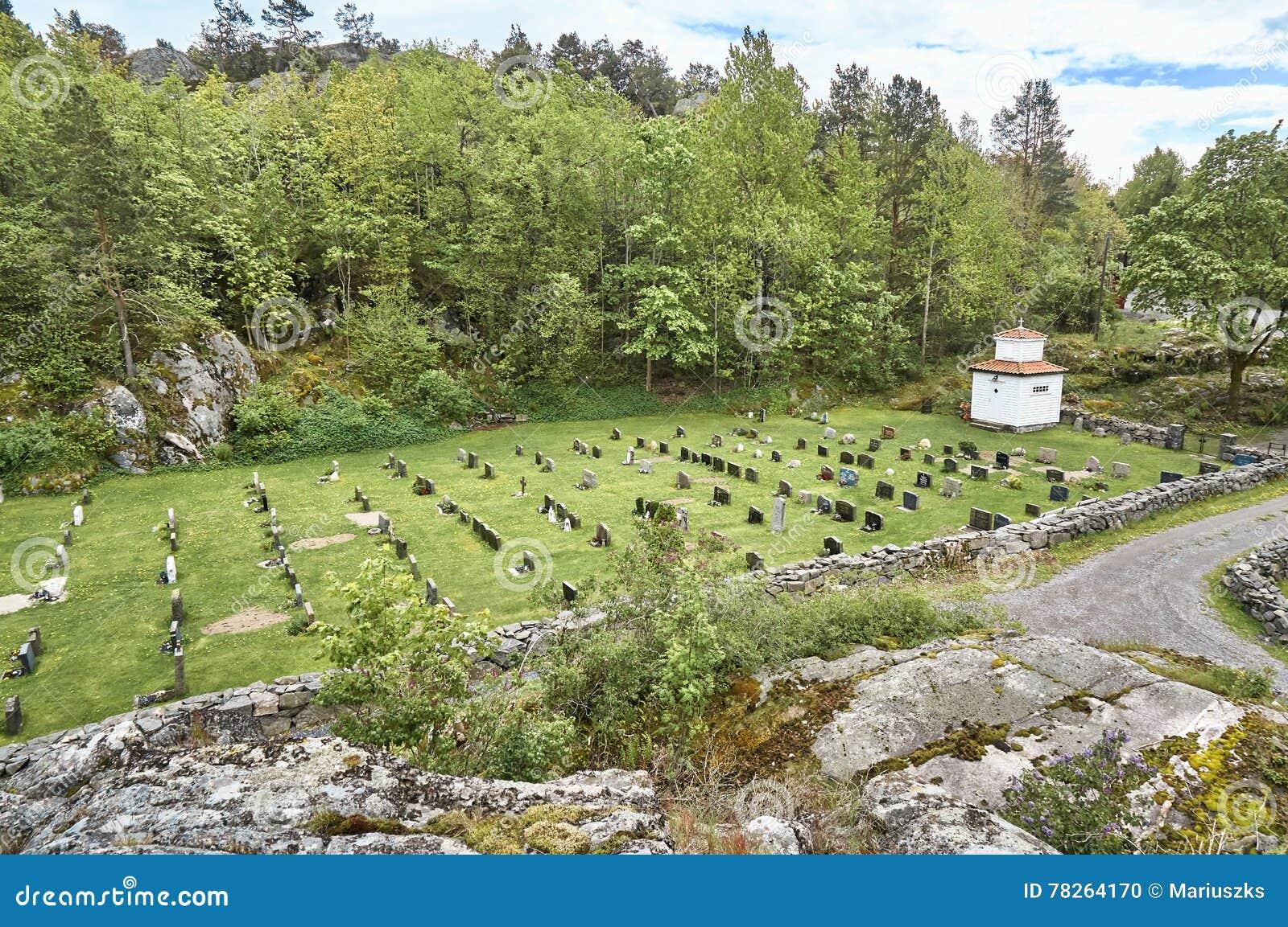 Historiska kors och gravstenar i en liten kyrkogård