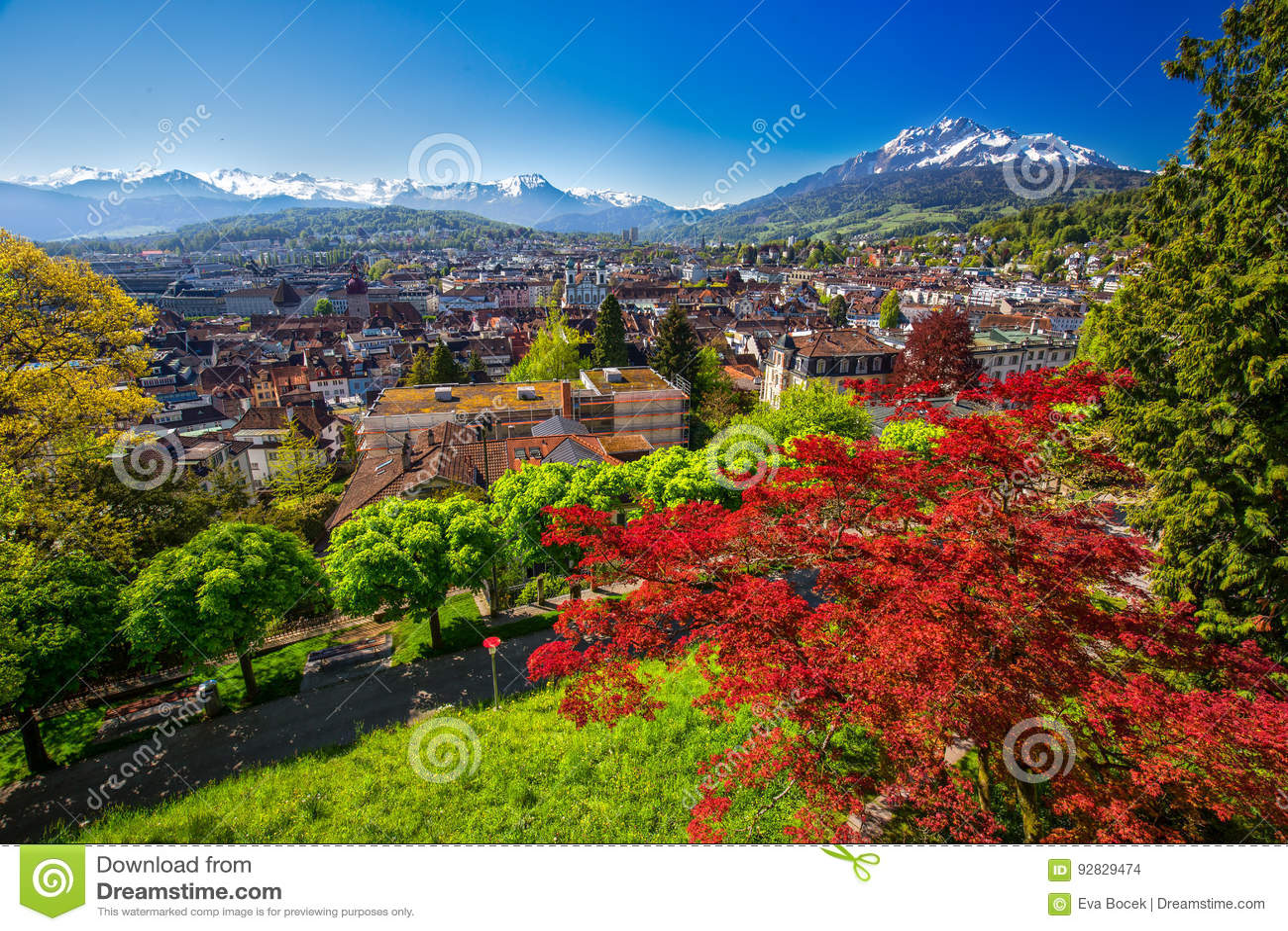 Historiskt centrum av Lucerne med berömda Pilatus berg- och schweizarefjällängar, Lucerne, Schweiz