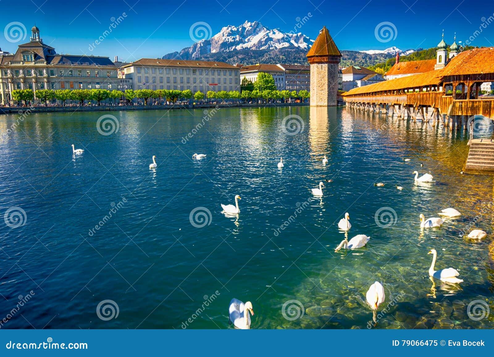 Historiskt centrum av Lucerne med den berömda kapellbron och sjön Lucerne, Lucerne, Schweiz