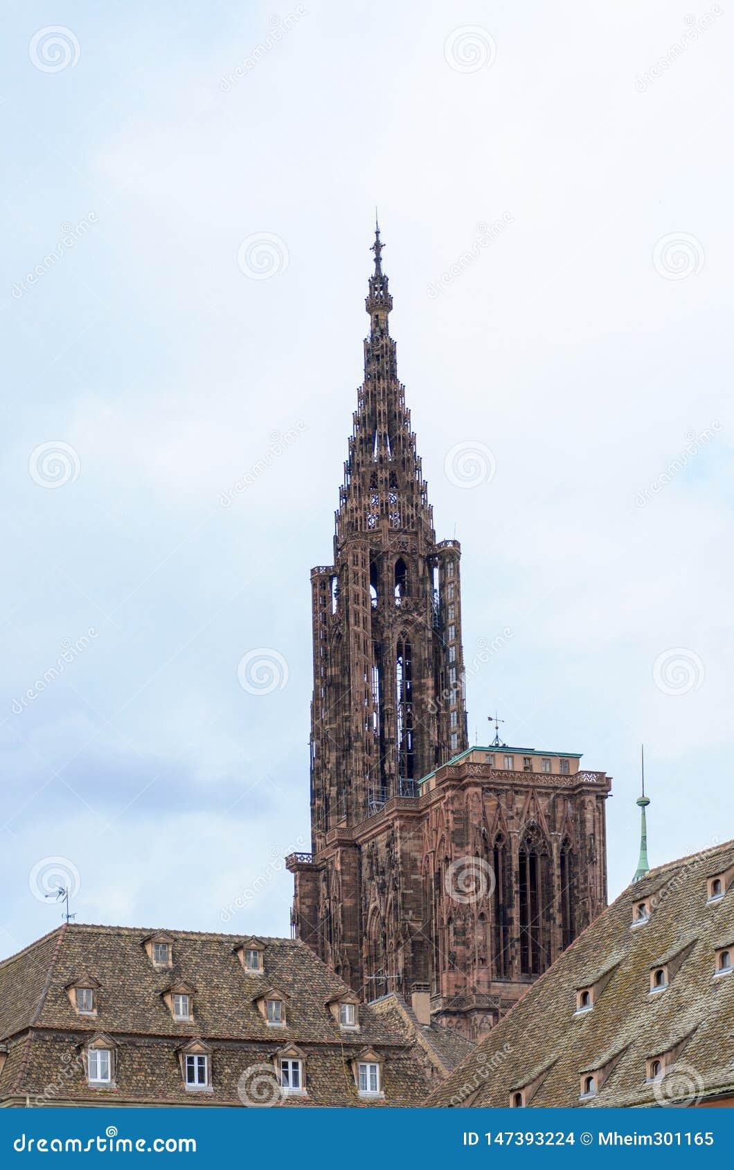 Historiskt gotiskt kyrktorn- eller klockatorn