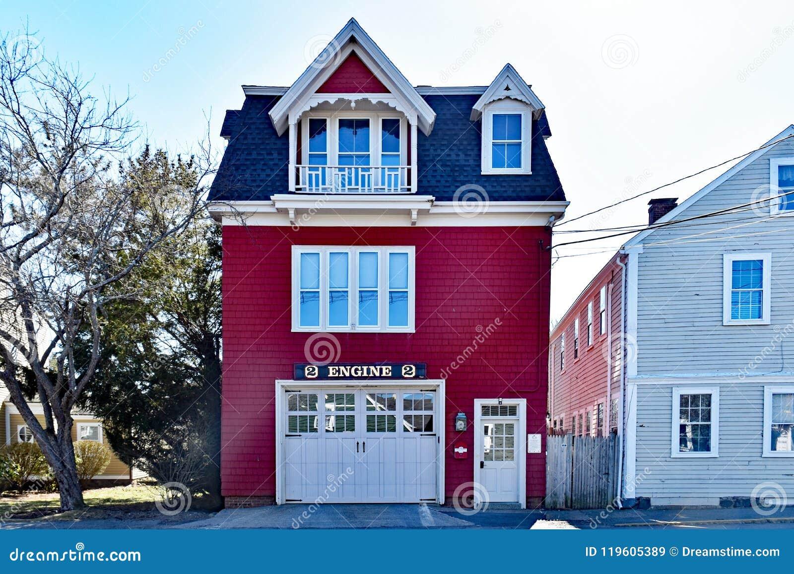 Historiskt hus för röd brand med motortecknet