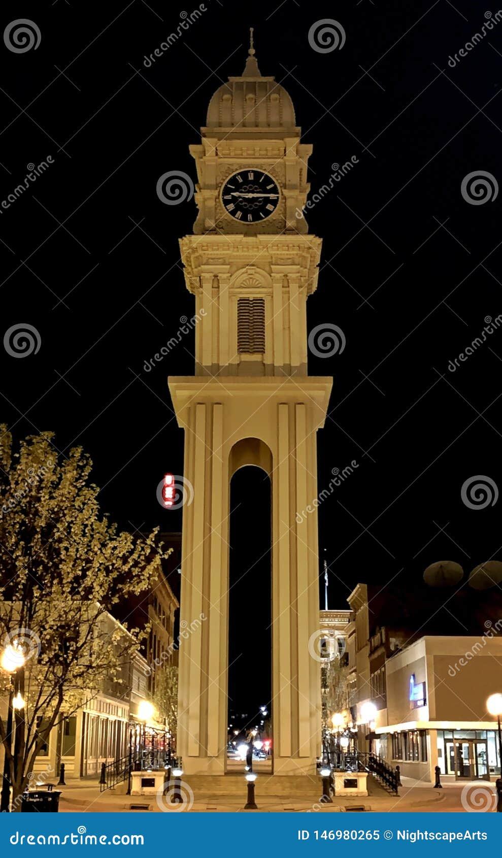 Historiskt klockatorn i Dubuque, Iowa City ljus på natten