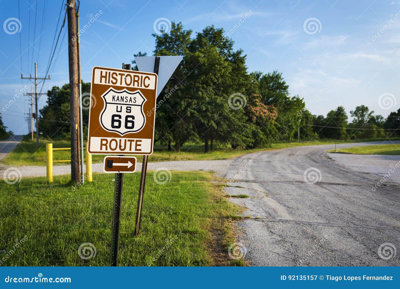 Historiskt Route 66 vägmärke i en elasticitet av den original- vägen i tillståndet av Kansas, USA