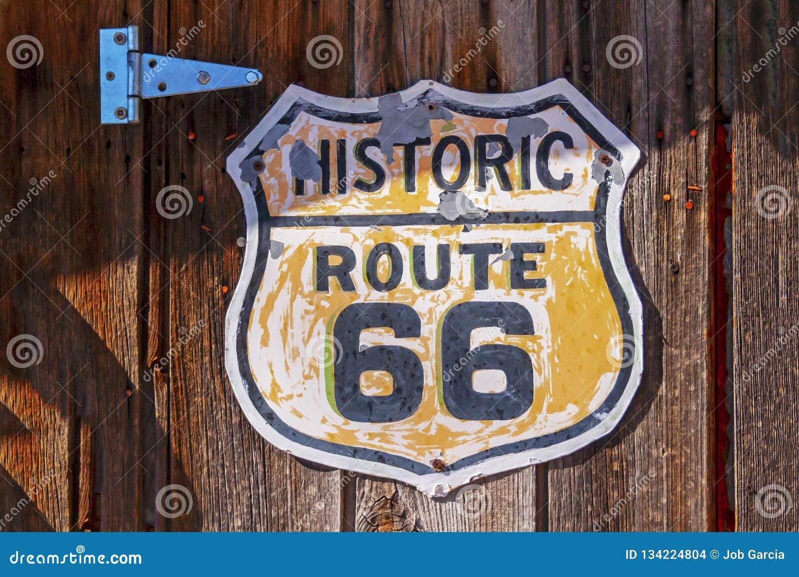 Historiskt tecken för rutt 66 på träbakgrund