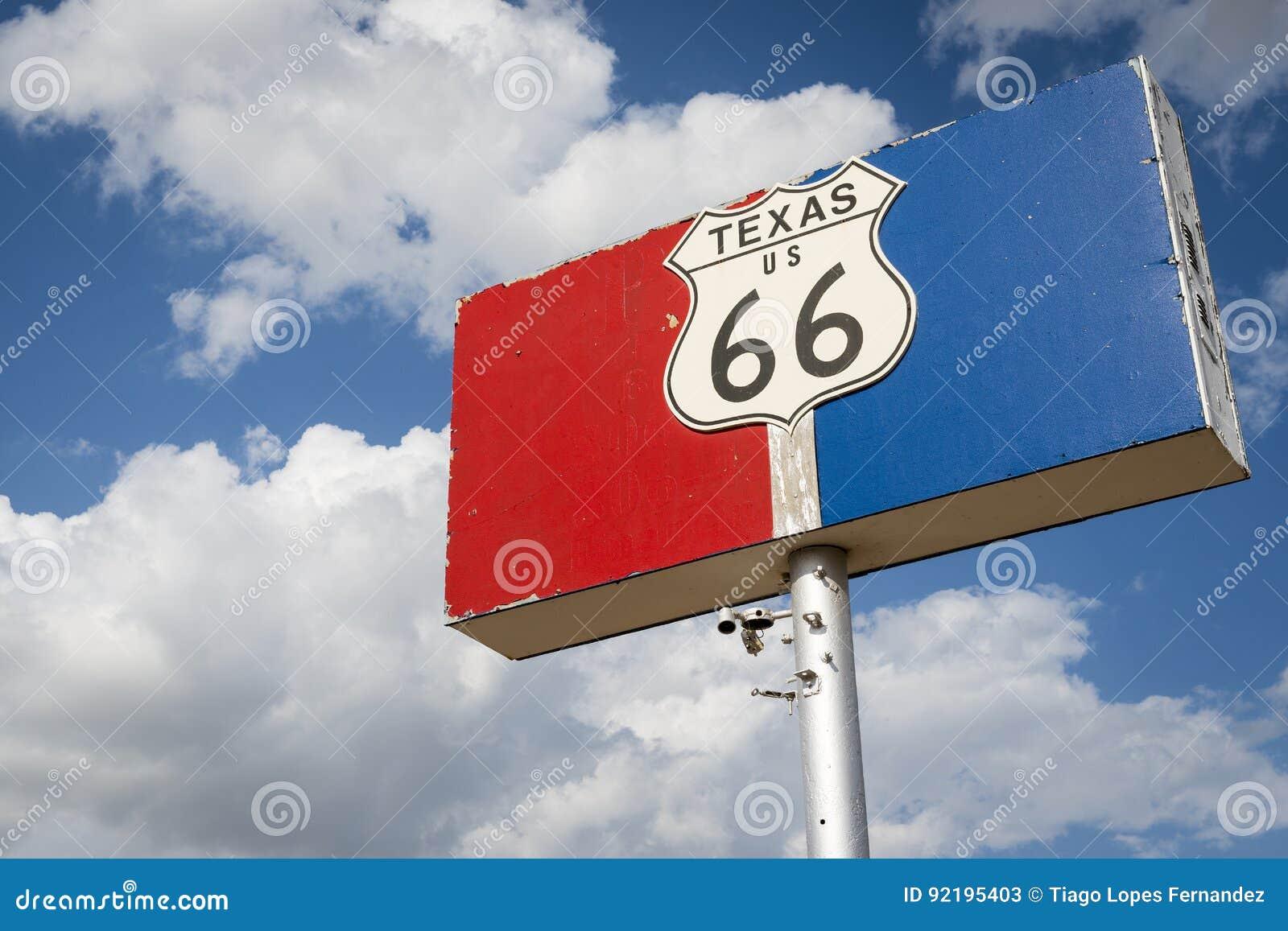 Historiskt vägmärke för väg 66 mot en blå himmel med moln i tillståndet av Texas, USA
