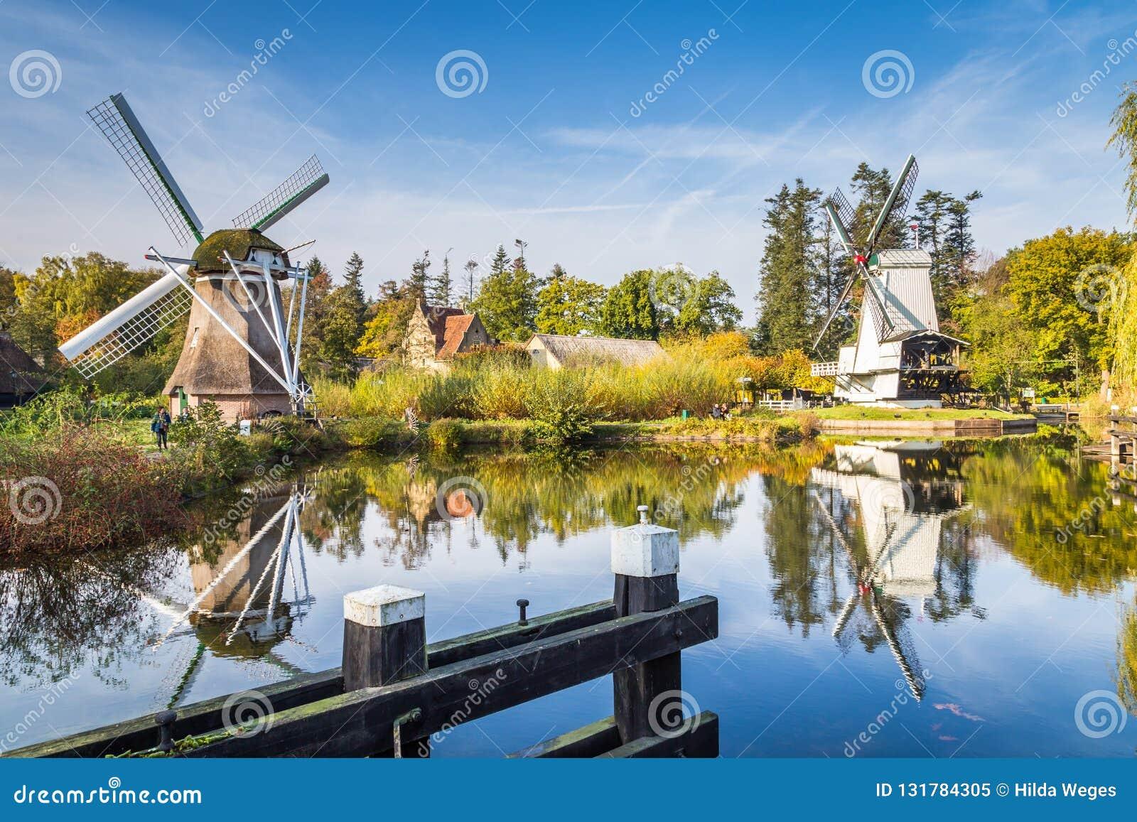 Historyczna Holenderska scena z dwa wiatraczkami