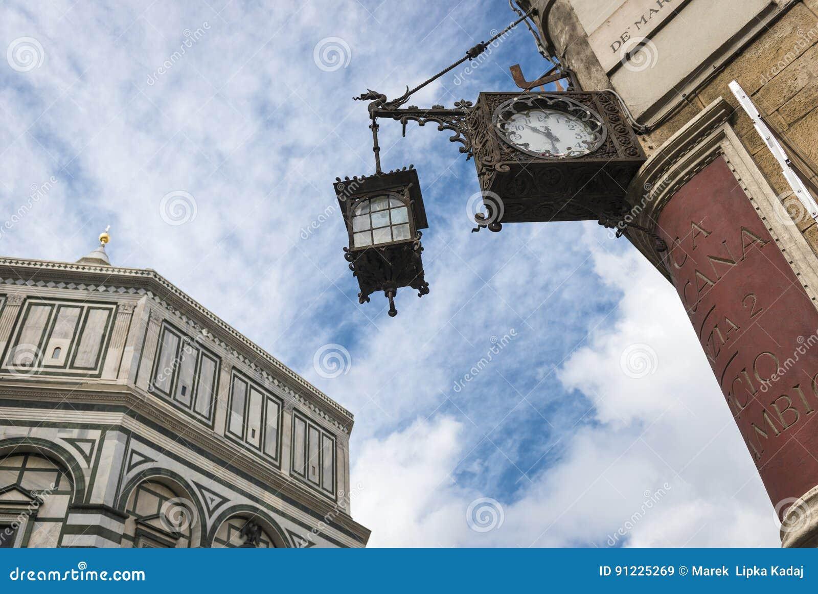 Historyczni i nowożytni architektoniczni elementy W Florencja krajobrazie