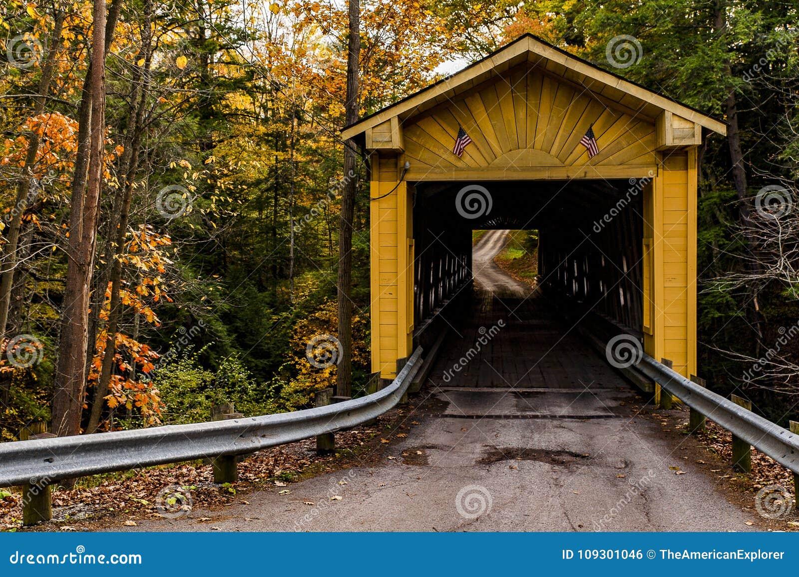 Historyczni młyny Zakrywający Windsor most w jesieni - Ashtabula okręg administracyjny, Ohio