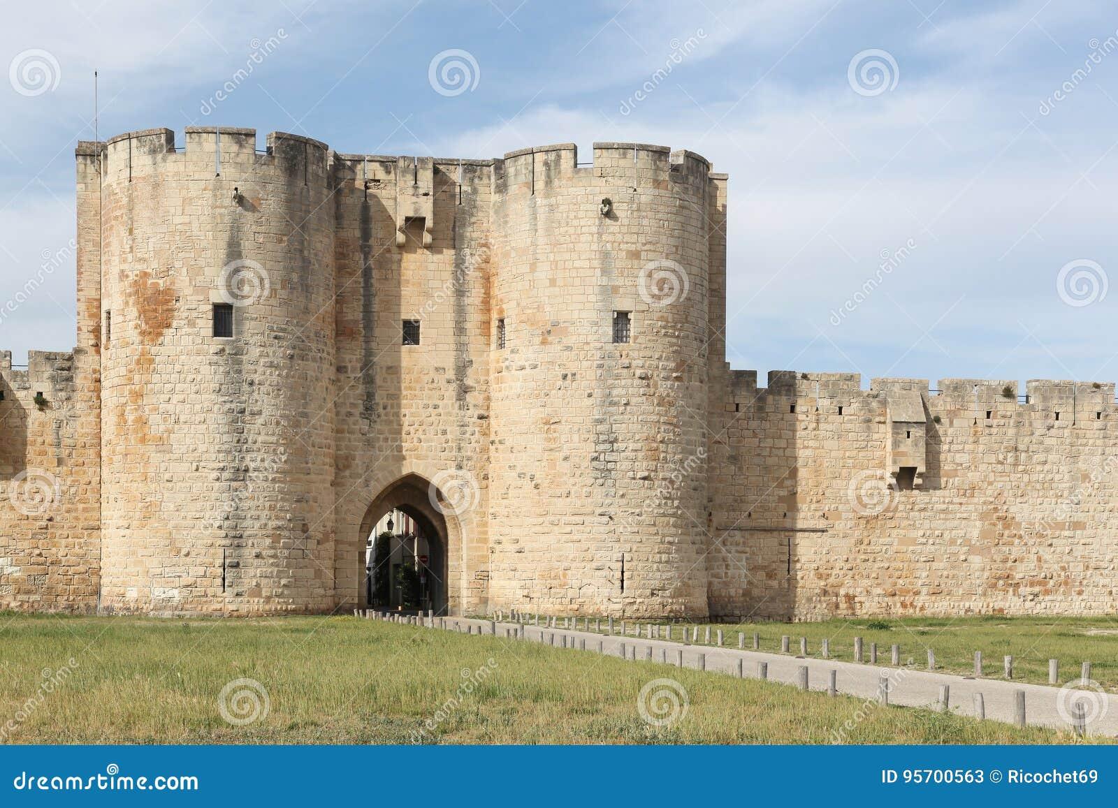 Historyczny góruje i ramparts w mieście Aigues-Mortes