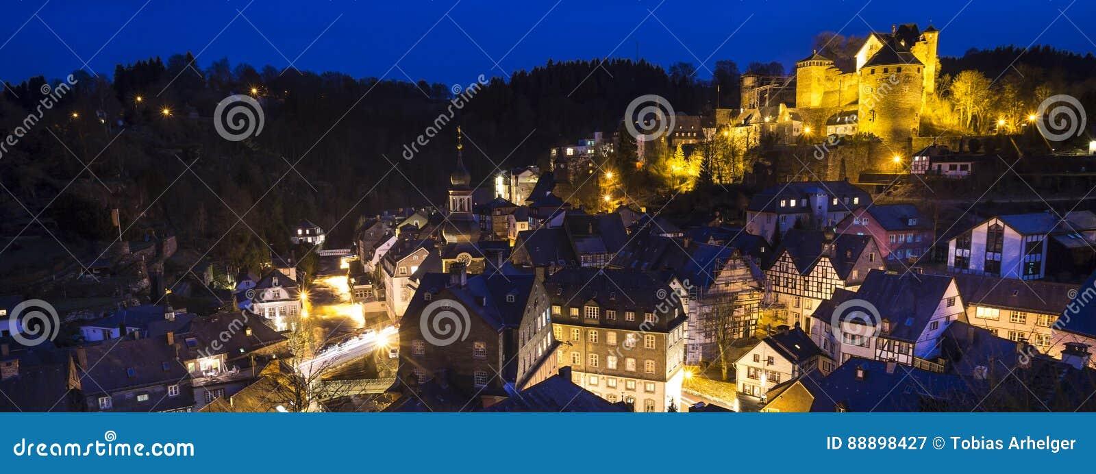 Historyczny miasta monschau Germany w wieczór