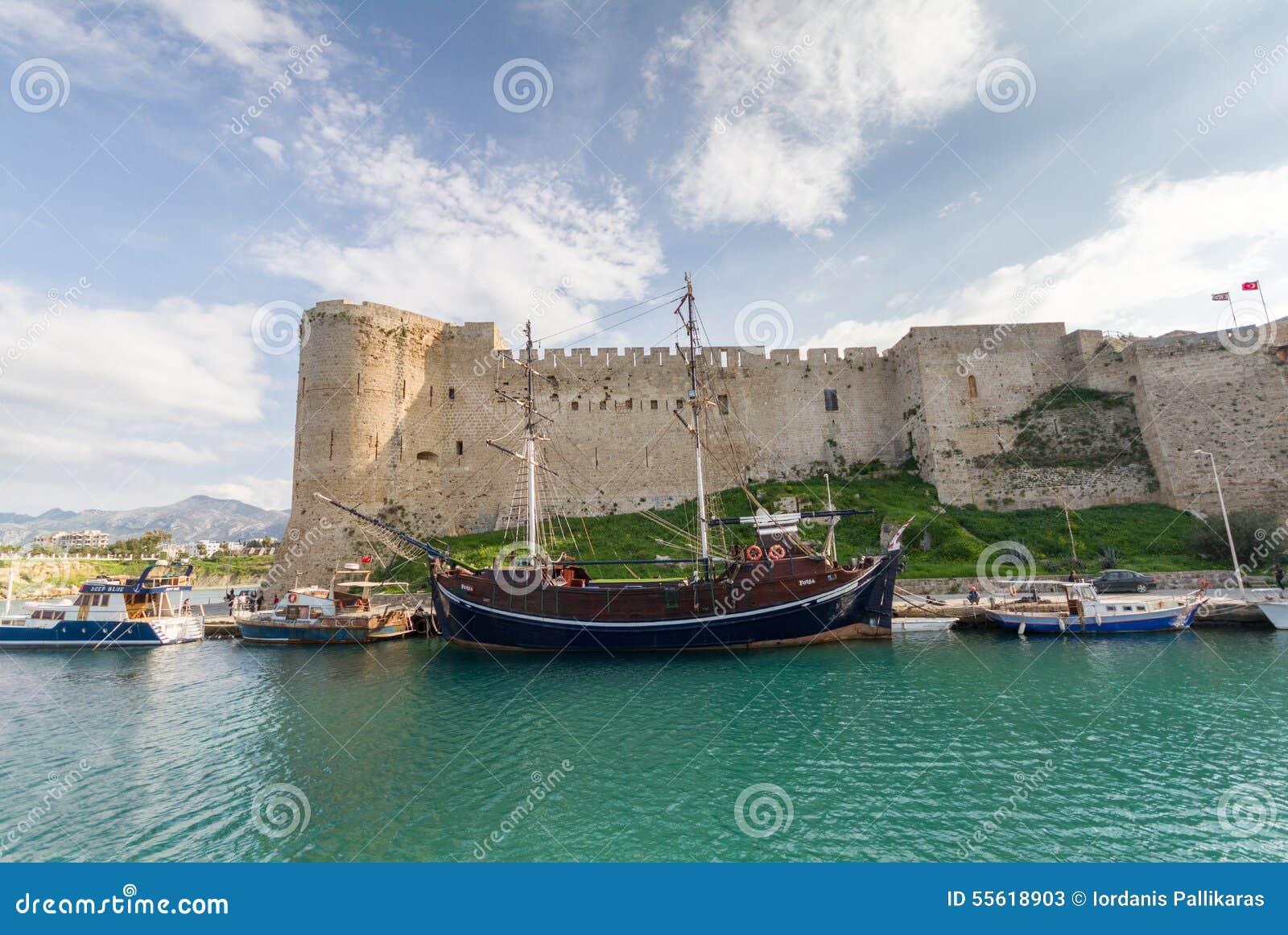 Historyczny 7th wiek reklamy kasztel w starym Kyrenia schronieniu, Cypr