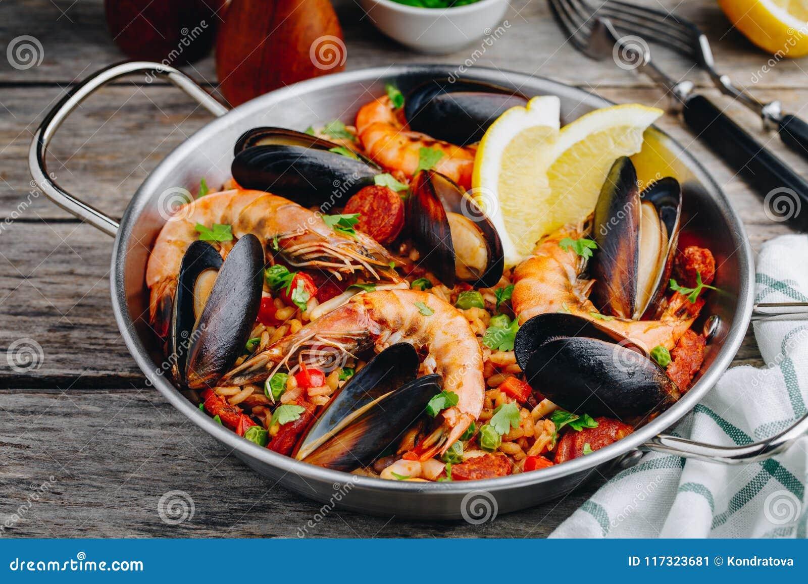 Hiszpański owoce morza paella z mussels, garnelami i chorizo kiełbasami w tradycyjnej niecce,