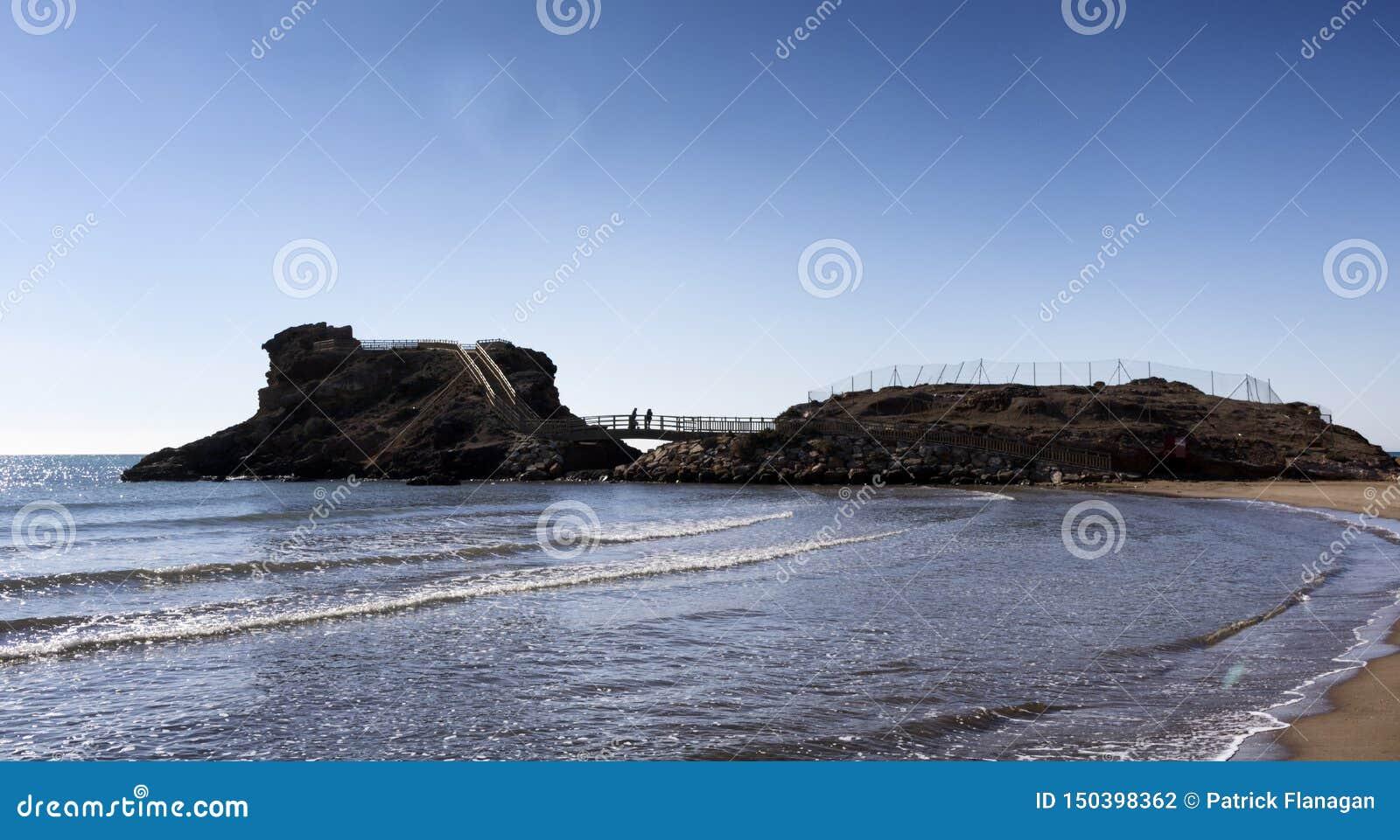 Hiszpański seascape z falami na plaży