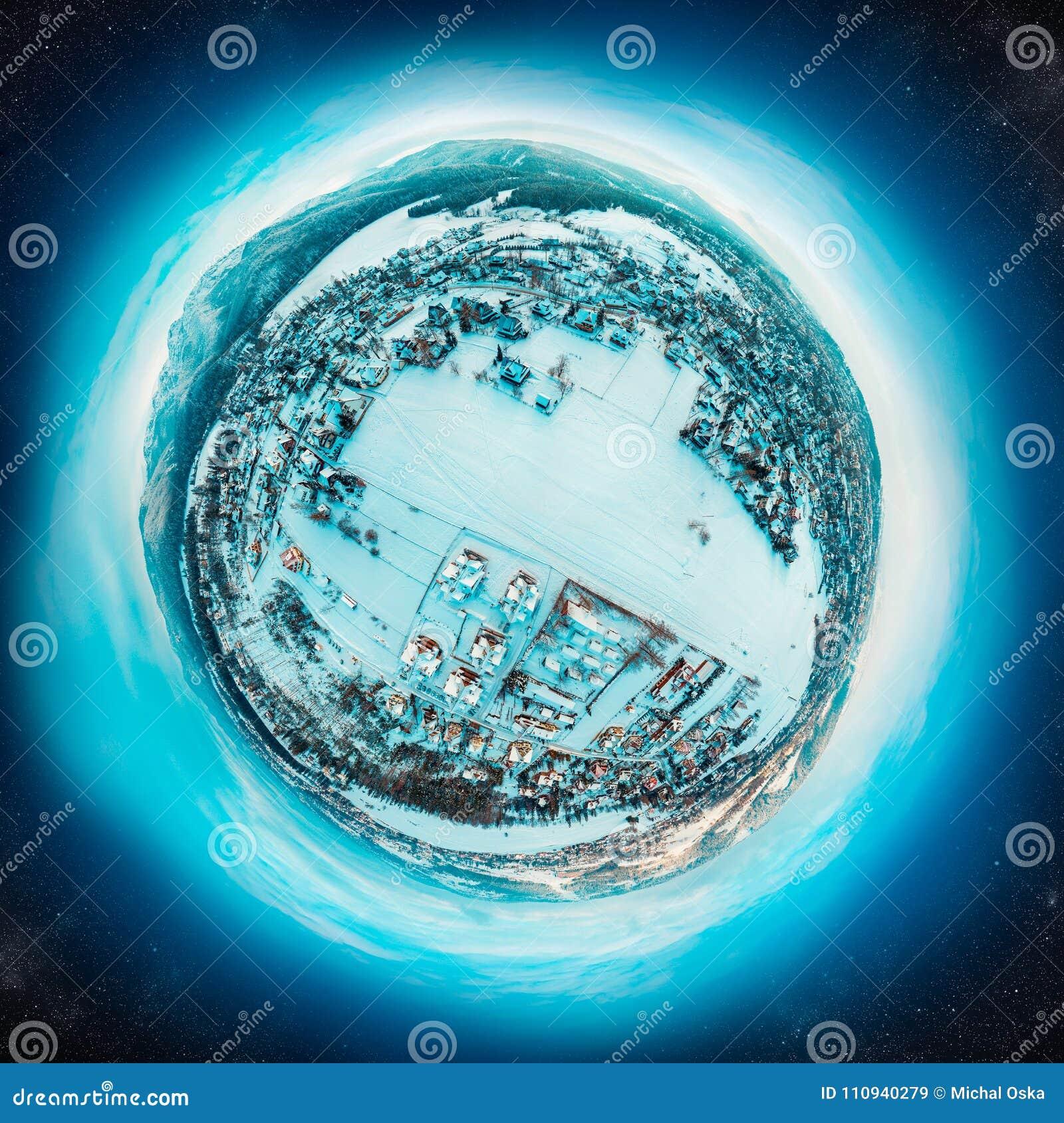 Hiver peu de planète avec un village dans les montagnes couvertes de neige
