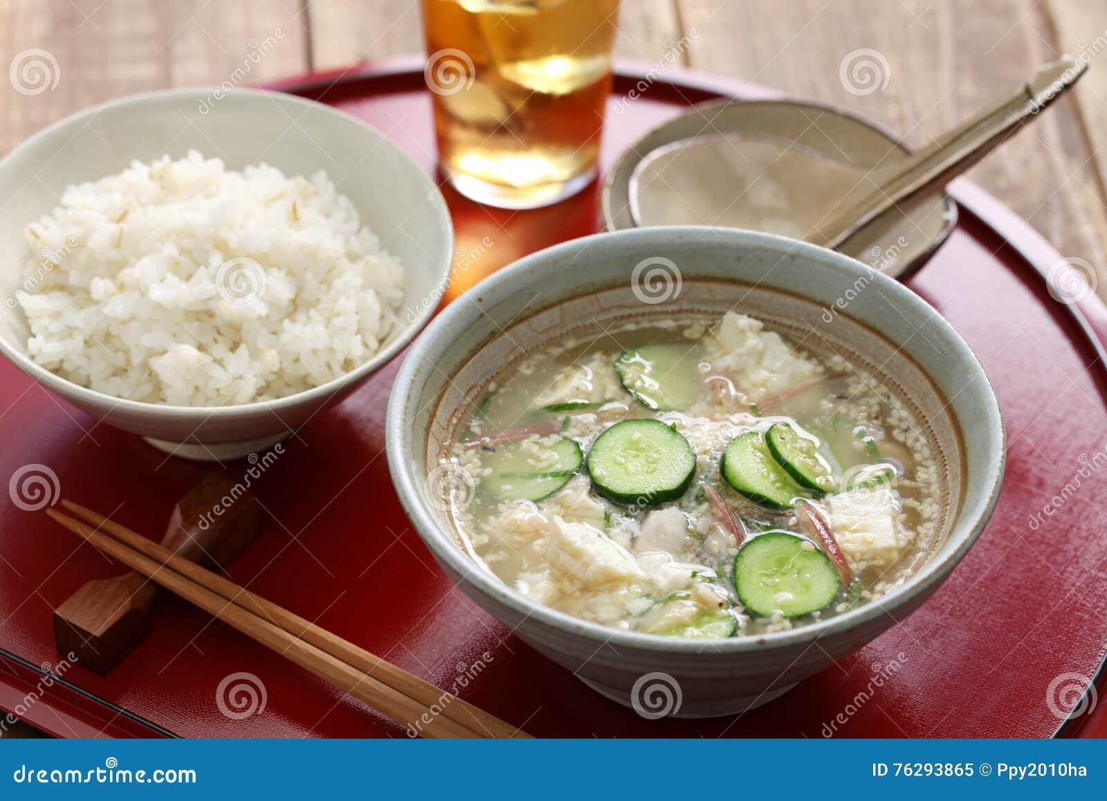 Kalte Sommerküche : Hiyajiru kalte misosuppe mit gerstenreis stockbild bild von