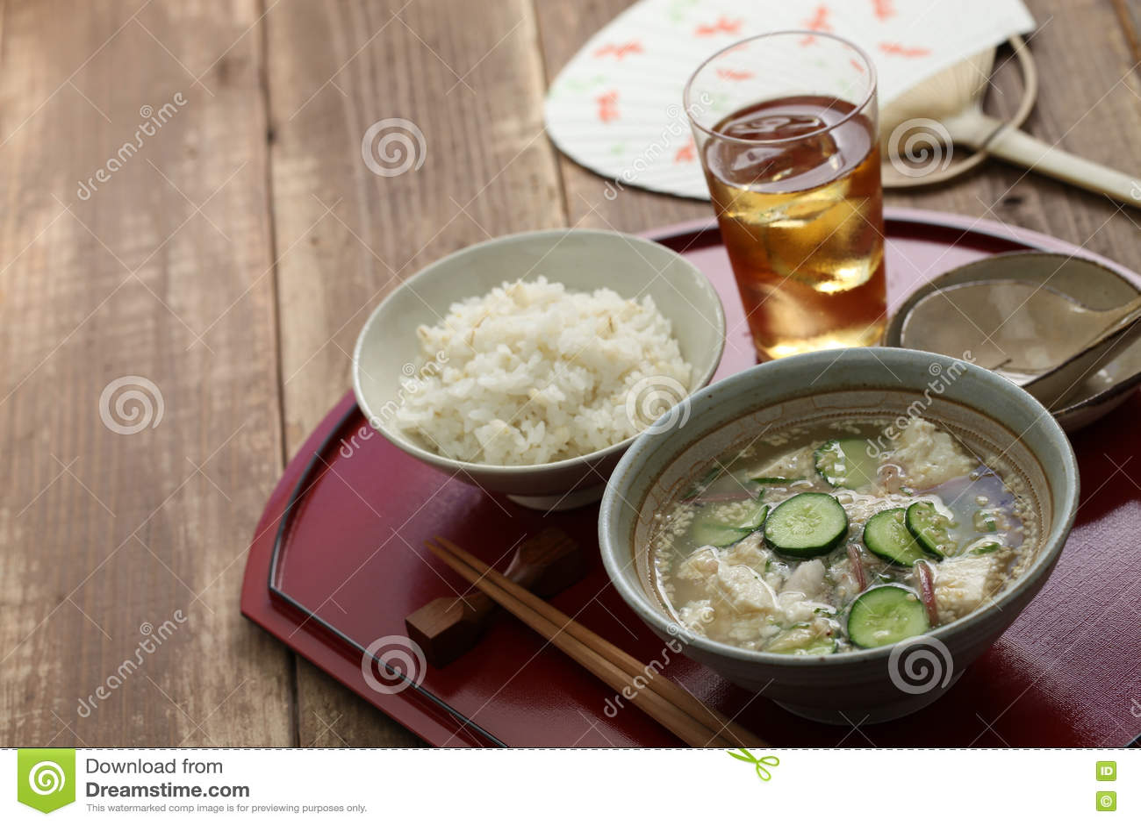 Kalte Sommerküche : Hiyajiru kalte misosuppe mit gerstenreis stockfoto bild von